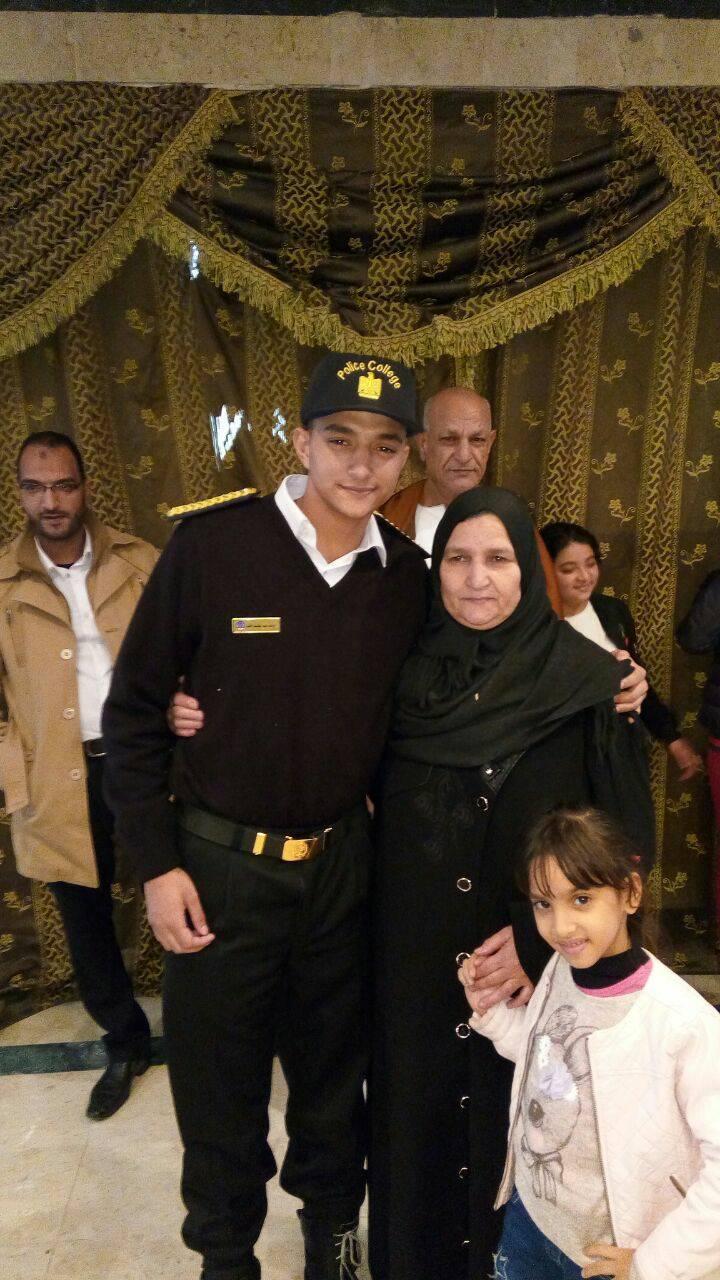 4 يوسف الطالب بالفرقة الأولى بأكاديمية الشرطة شقيق الشهيد و والدته