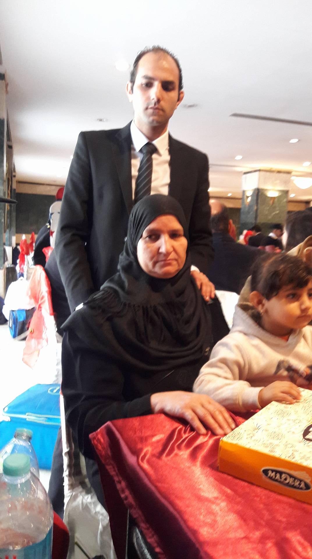 3 علاء خفاجى شقيق الشهيد محمد خفاجى ووالدته