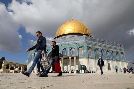 فلسطينيات قبل أداء صلاة الجمعة فى الأقصى