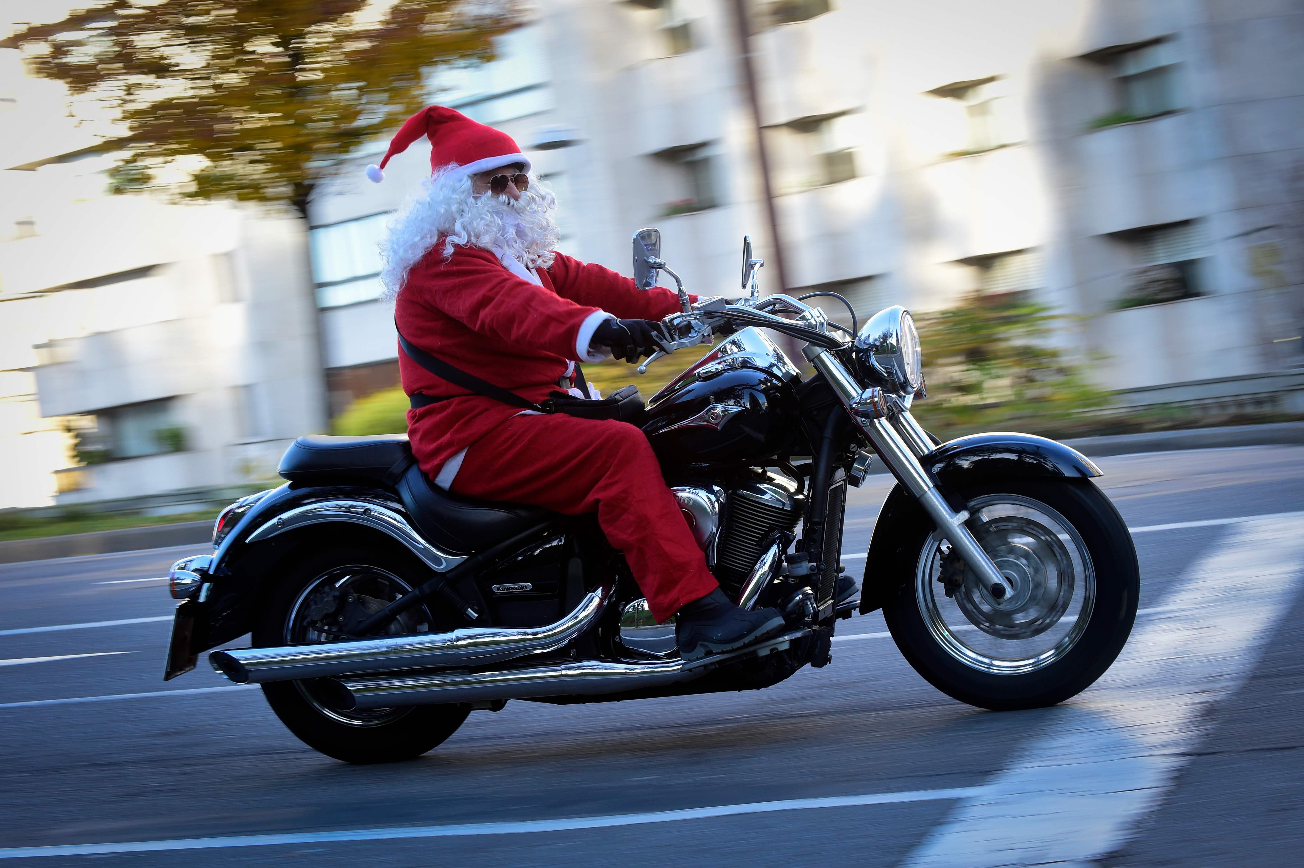 شاب قود دراجه ويرتدى زى بابا نويل