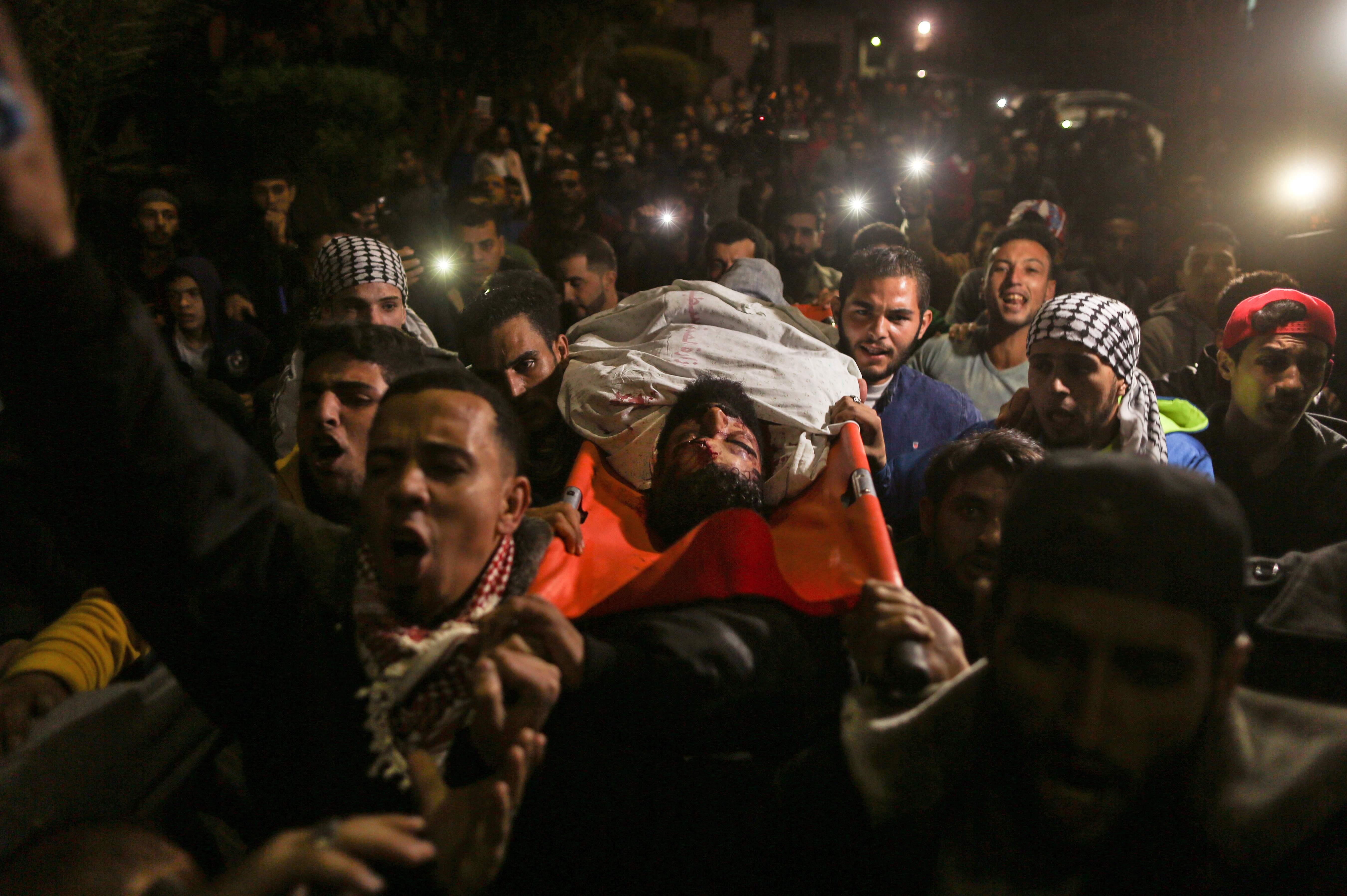 آلاف الفلسطينيين يشيعون جثمان الشهيد أبو ثريا