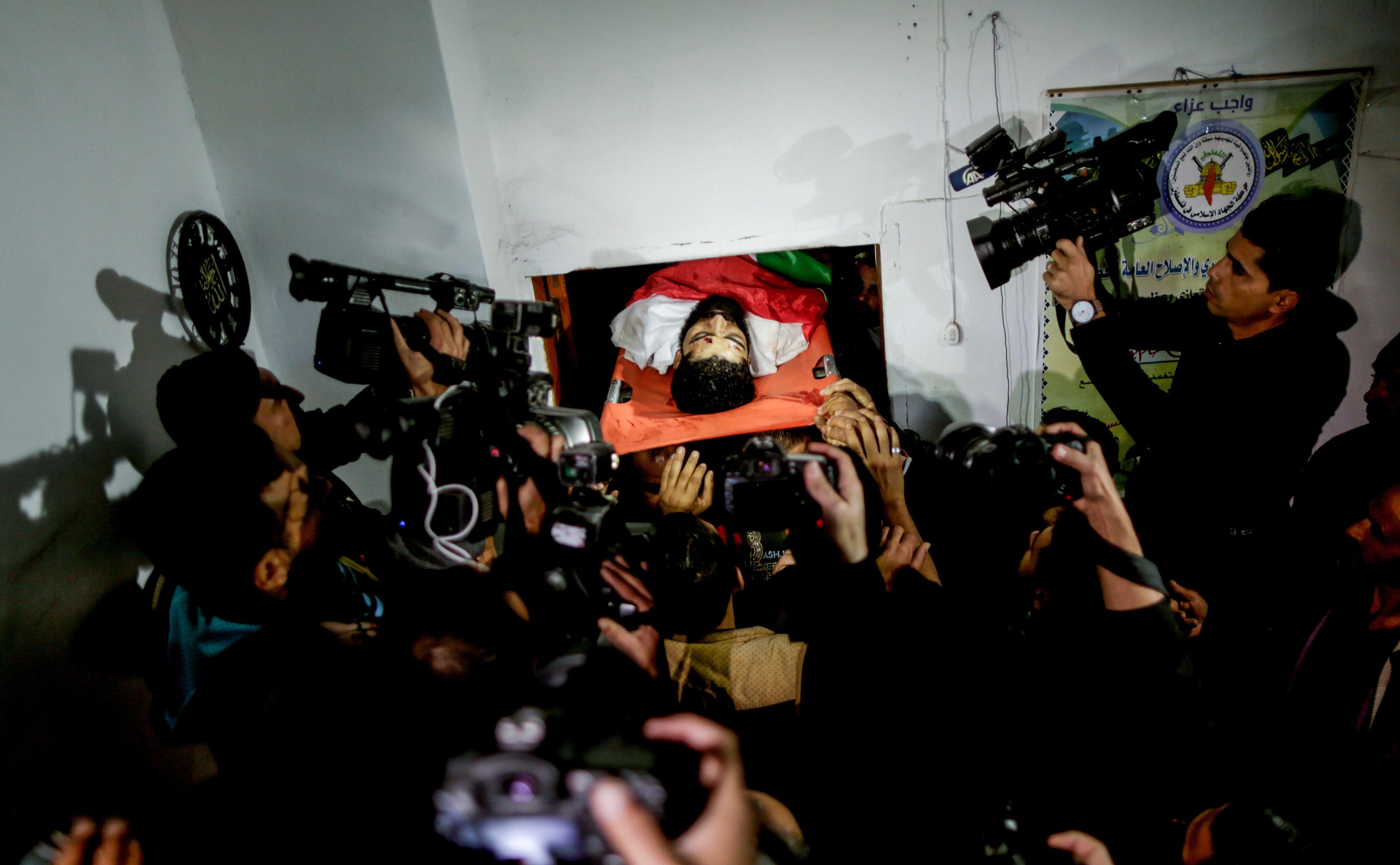 وسائل الإعلام تغطى لحظات تشييع جثمان الشهيد أبو ثريا