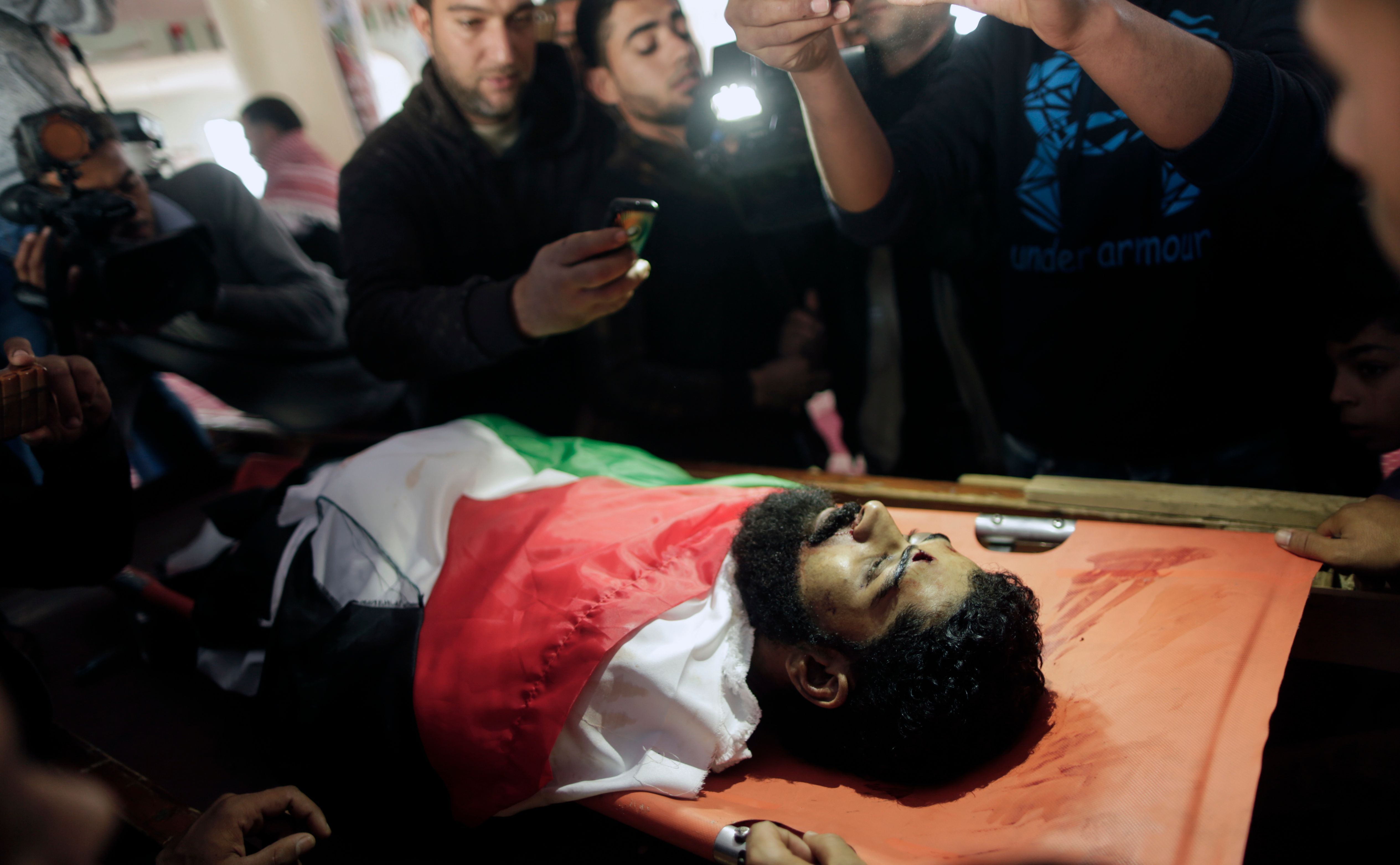 شباب فلسطينى يلتقطون صورا للشهيد أبو ثريا