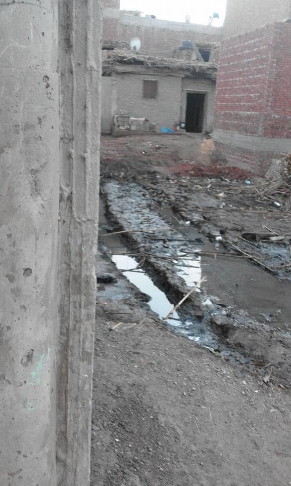 صورة توضح طفح مياه المجارى فى الطرقات