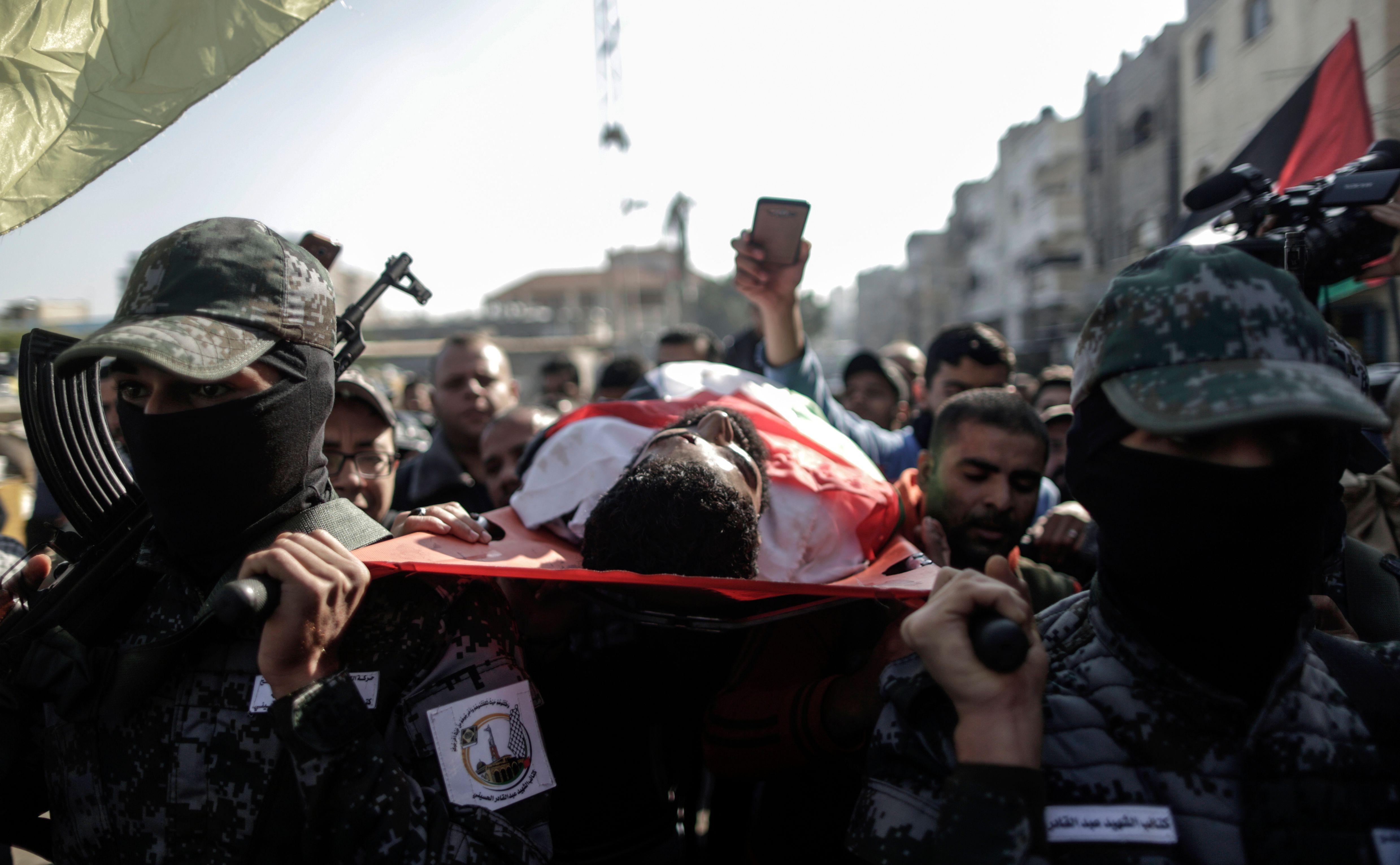 مسلحو حماس يشاركون فى تشييع جثمان أبو ثريا