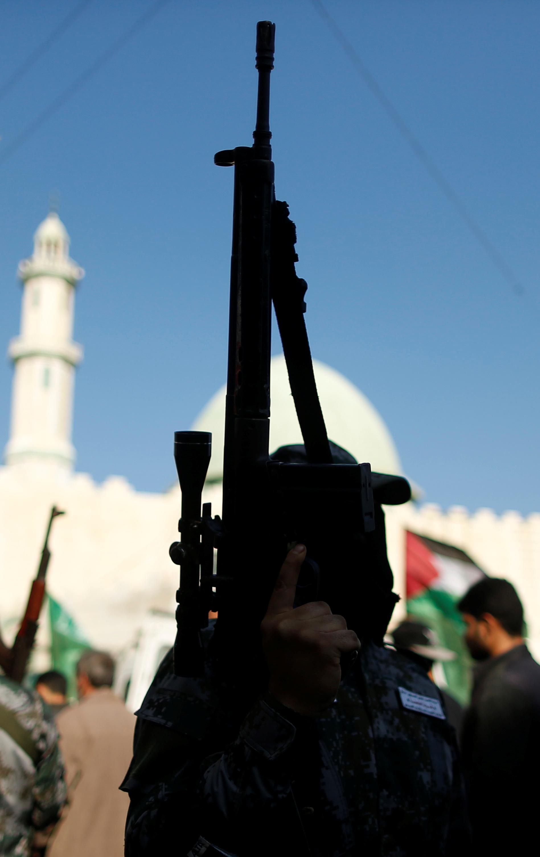 مسلحو حماس يؤمنون جنازة الشهيد أبو ثريا