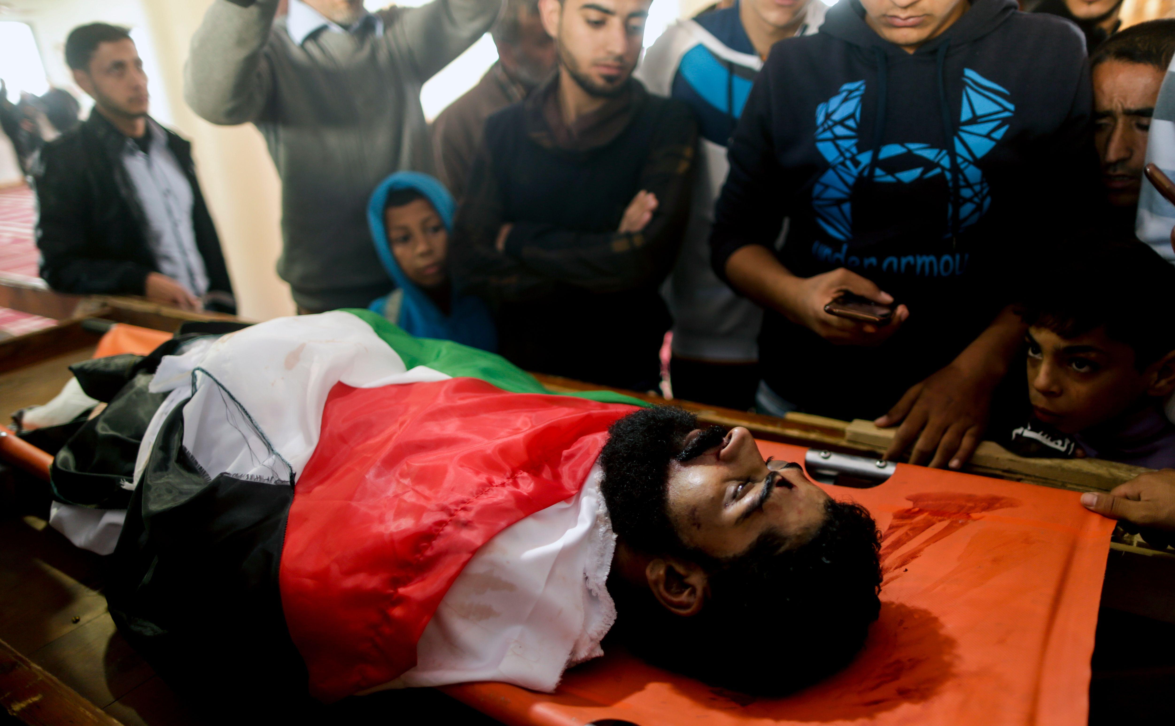 جثمان الشهيد أبو ثريا داخل المسجد لأداء صلاة الجنازة