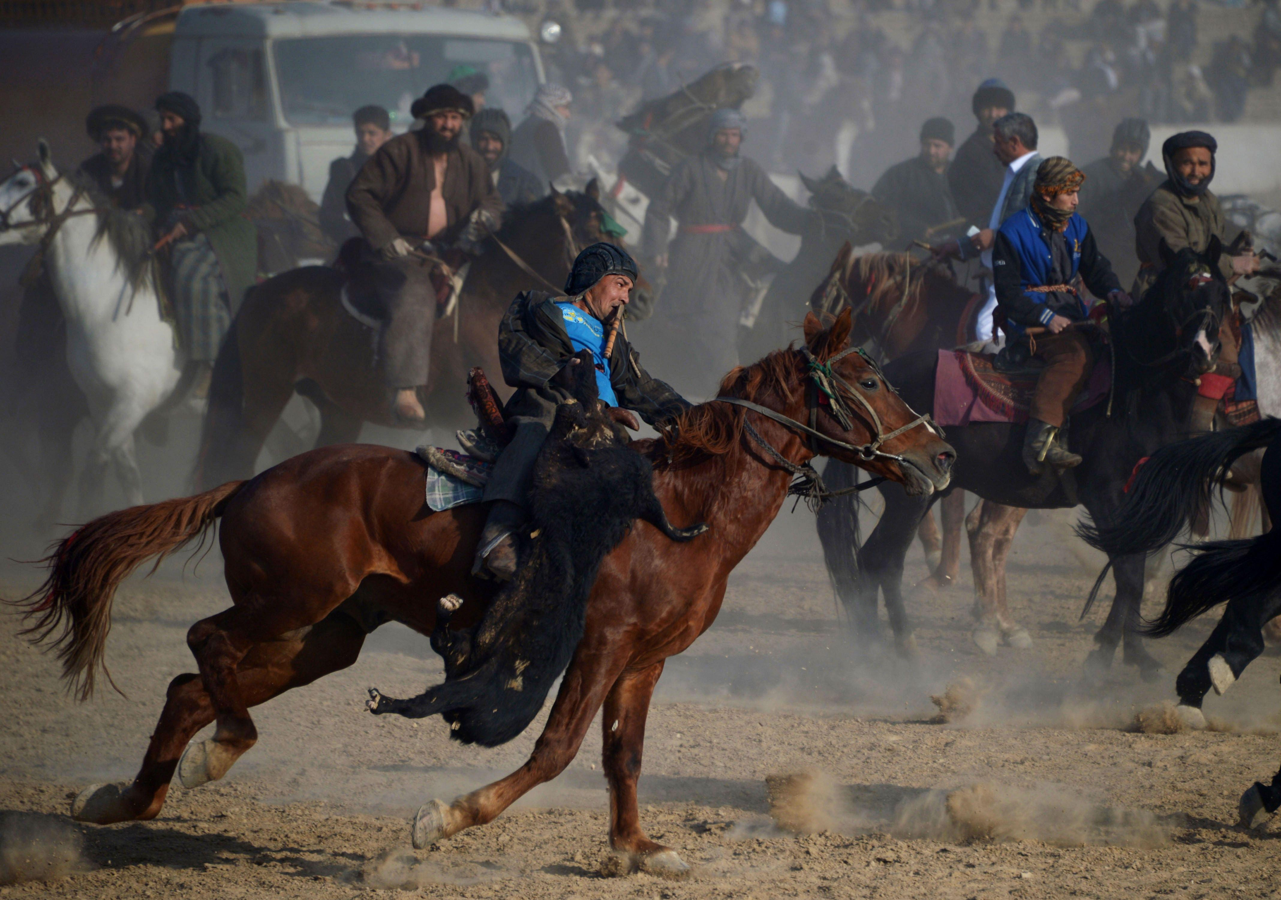 مقاتلو الميليشيات الأفغانية يمارسون رياضة البوزكاشى