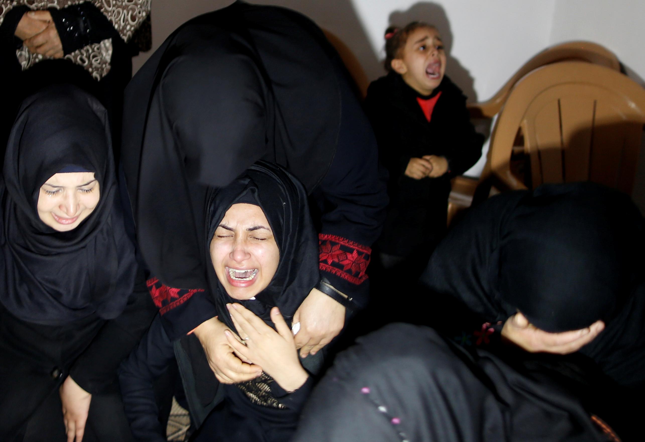 بكاء أسرة الشهيد إبراهيم أبو ثريا