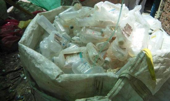 تجميع-النفايات-الطبية-البلاستيكية-للاستخدامها-فى-التجارة-الحرام