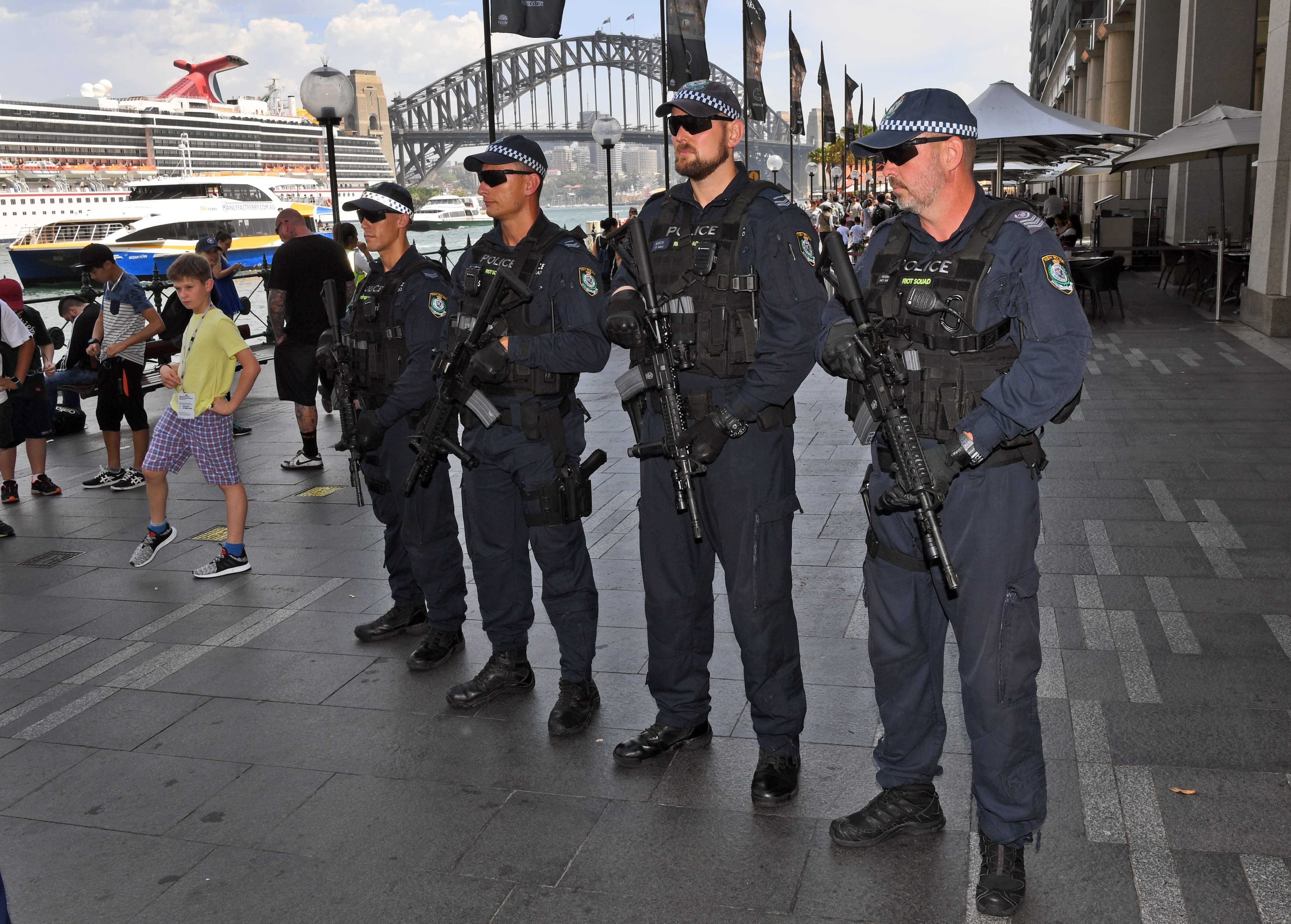 الشرطة مدججة بالسلاح