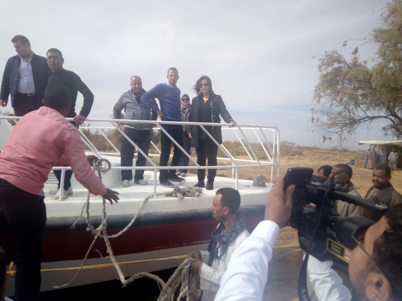 الدكتورة منى محرز تزور بحيرة السد العالى  (7)
