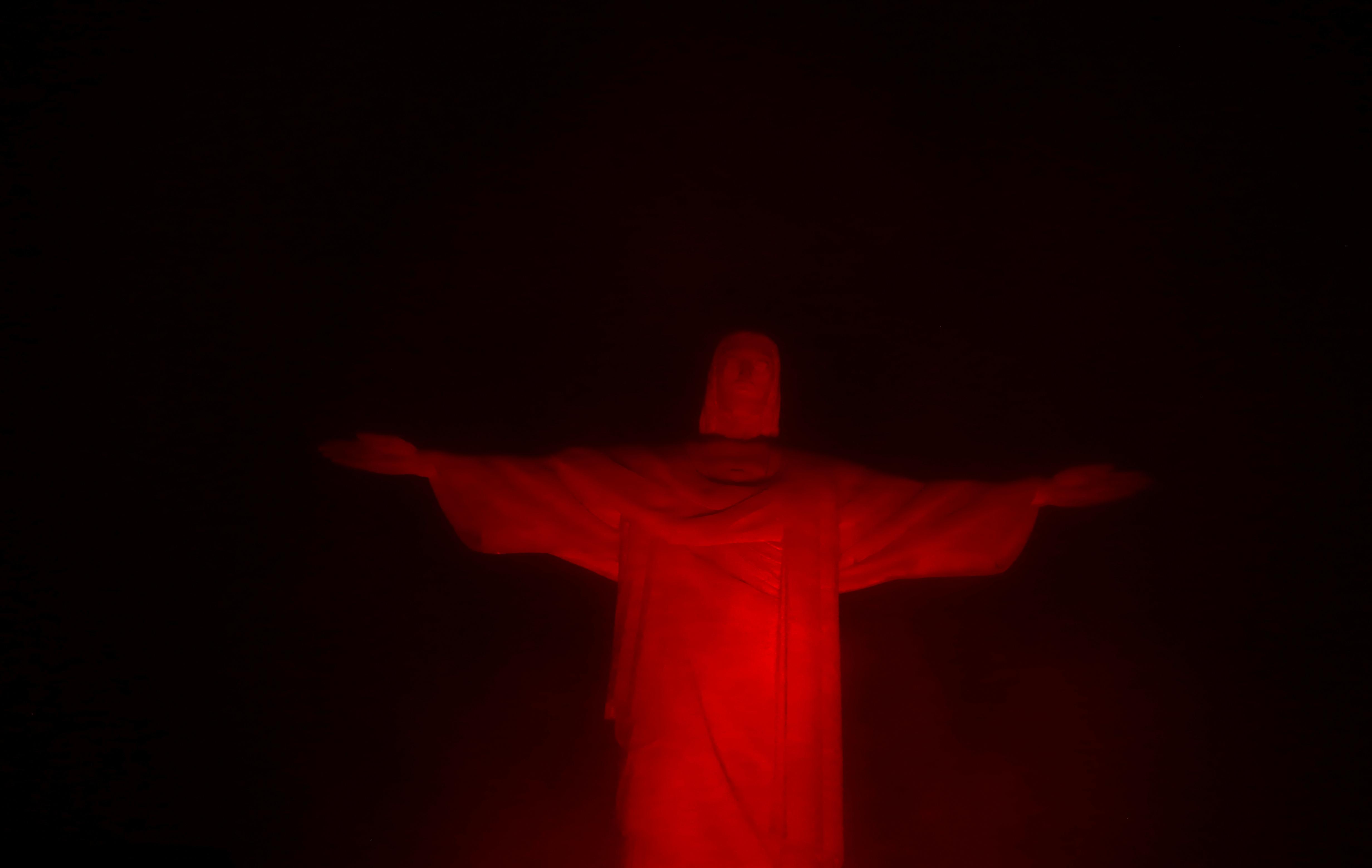إضاءة تمثال المسيح فى البرازيل بالتزامن مع اليوم العالمى للايدز