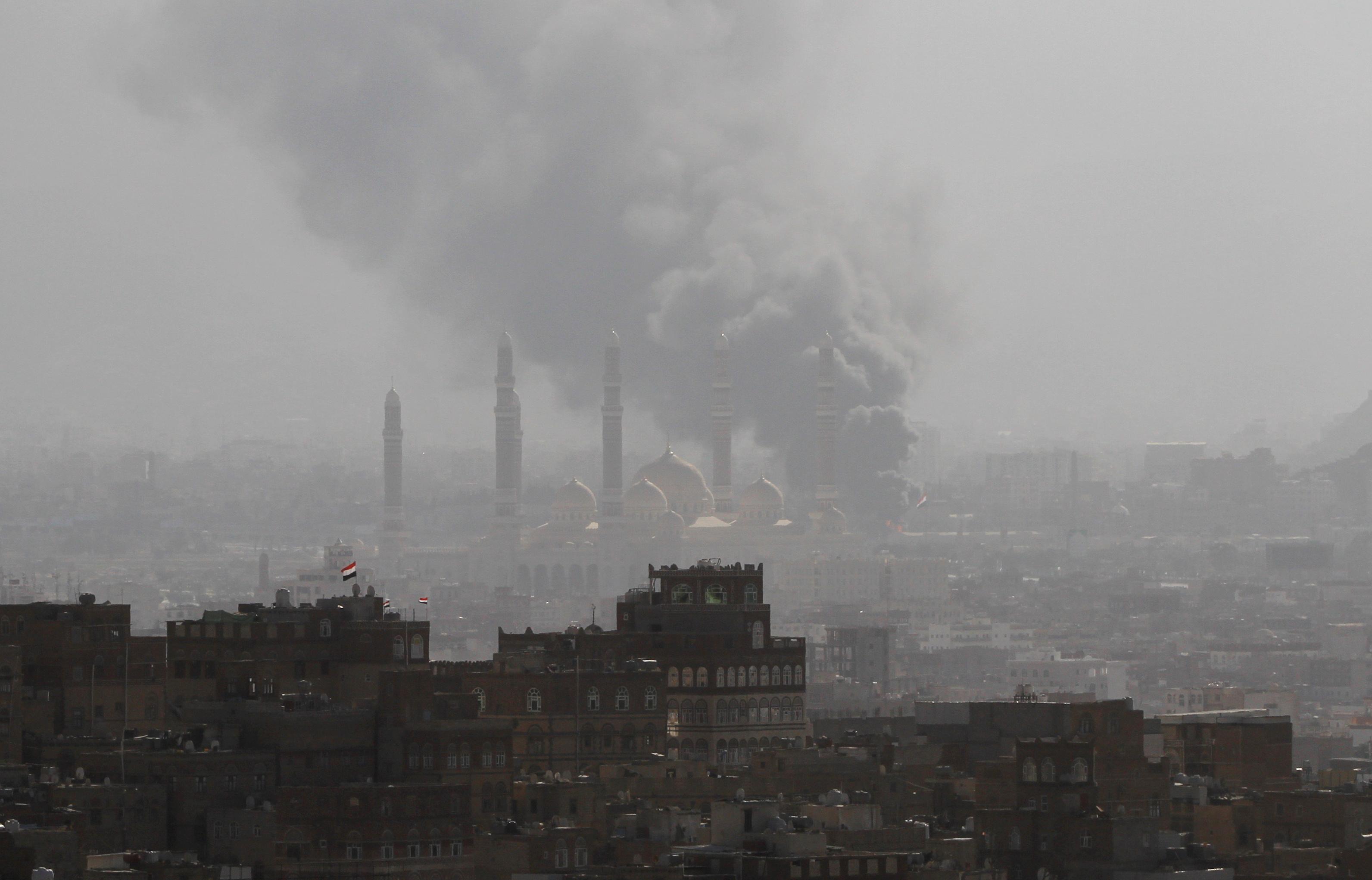 الدخان يتصاعد بسبب القصف