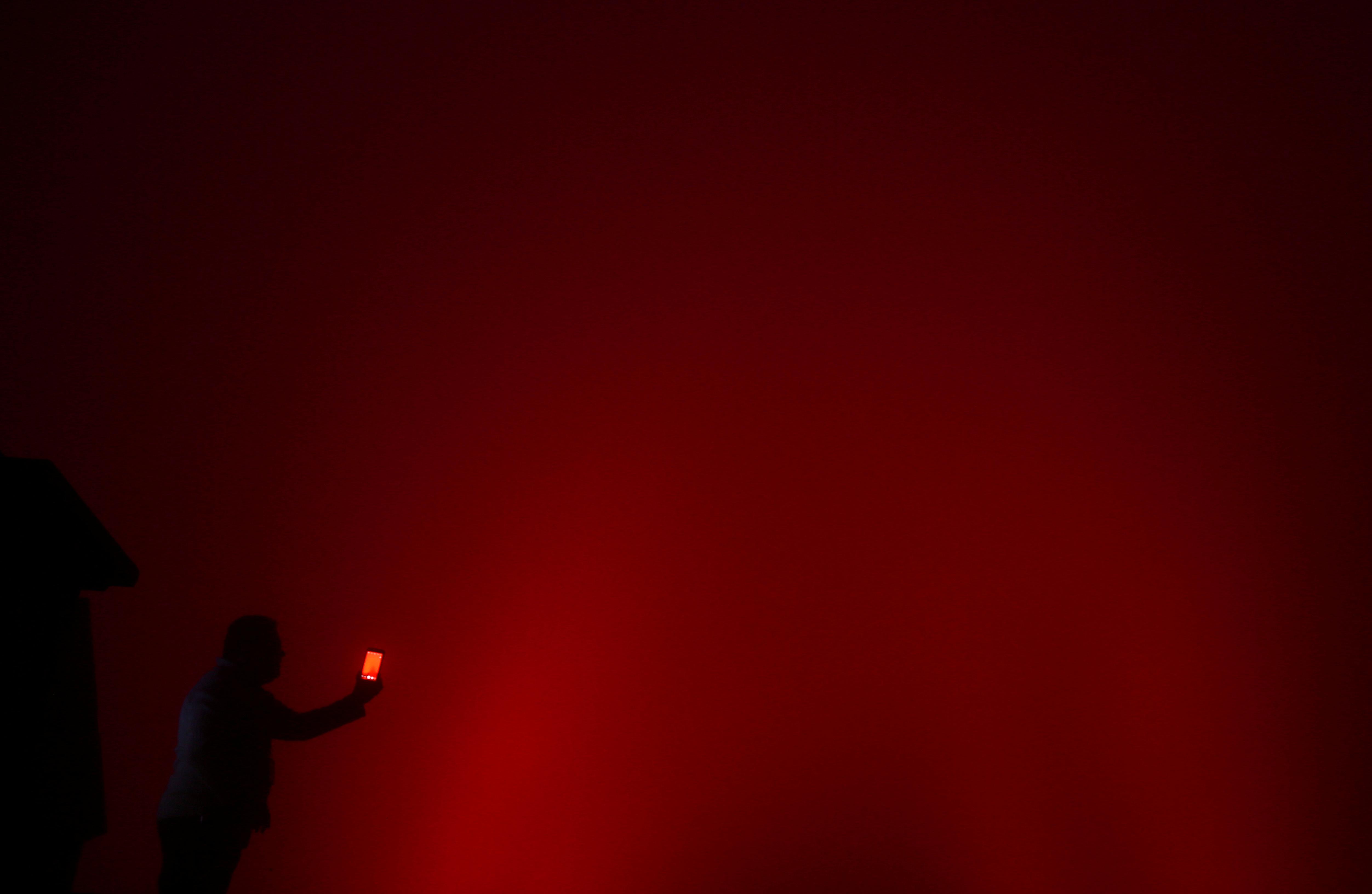 إضاءة تمثال المسيح فى البرازيل باللون الأحمر
