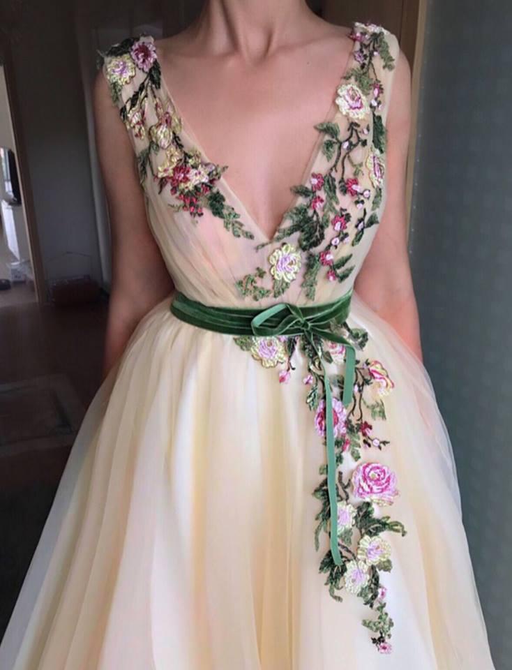 فستان مطرز بالورد