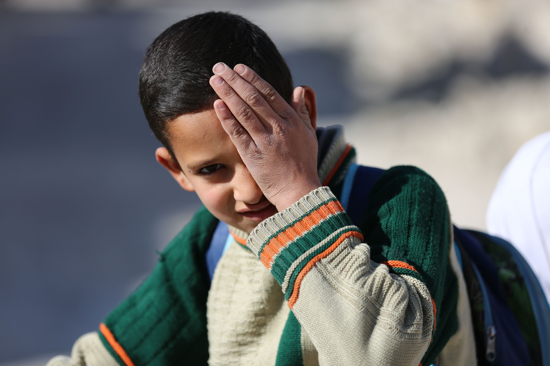 طالب سورى يشارك فى الحملة من أجل الطفل الذى فقد عينيه فى الغوطة