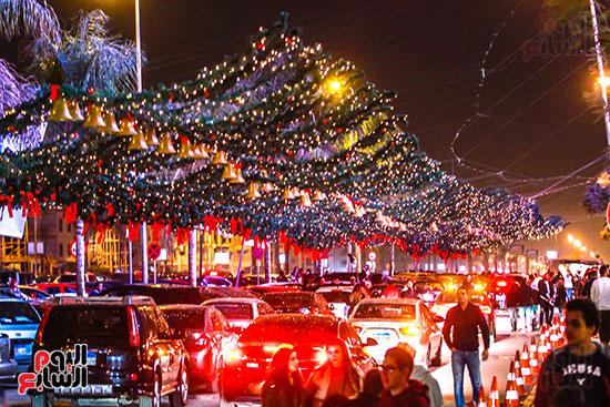زحام بالشارع احتفالاً بأجواء الكريسماس