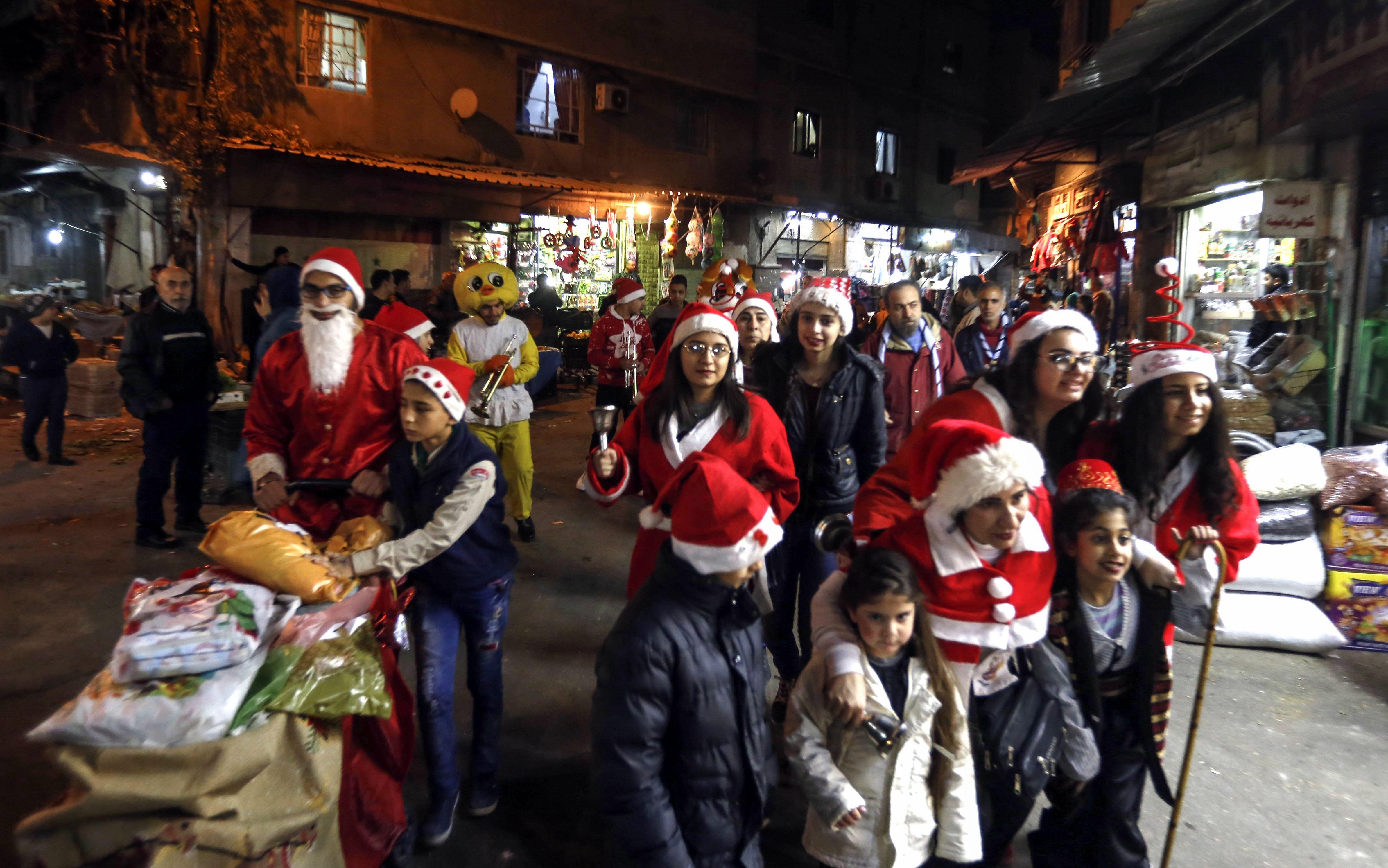 سوريون يرتدون ملابس بابا نويل