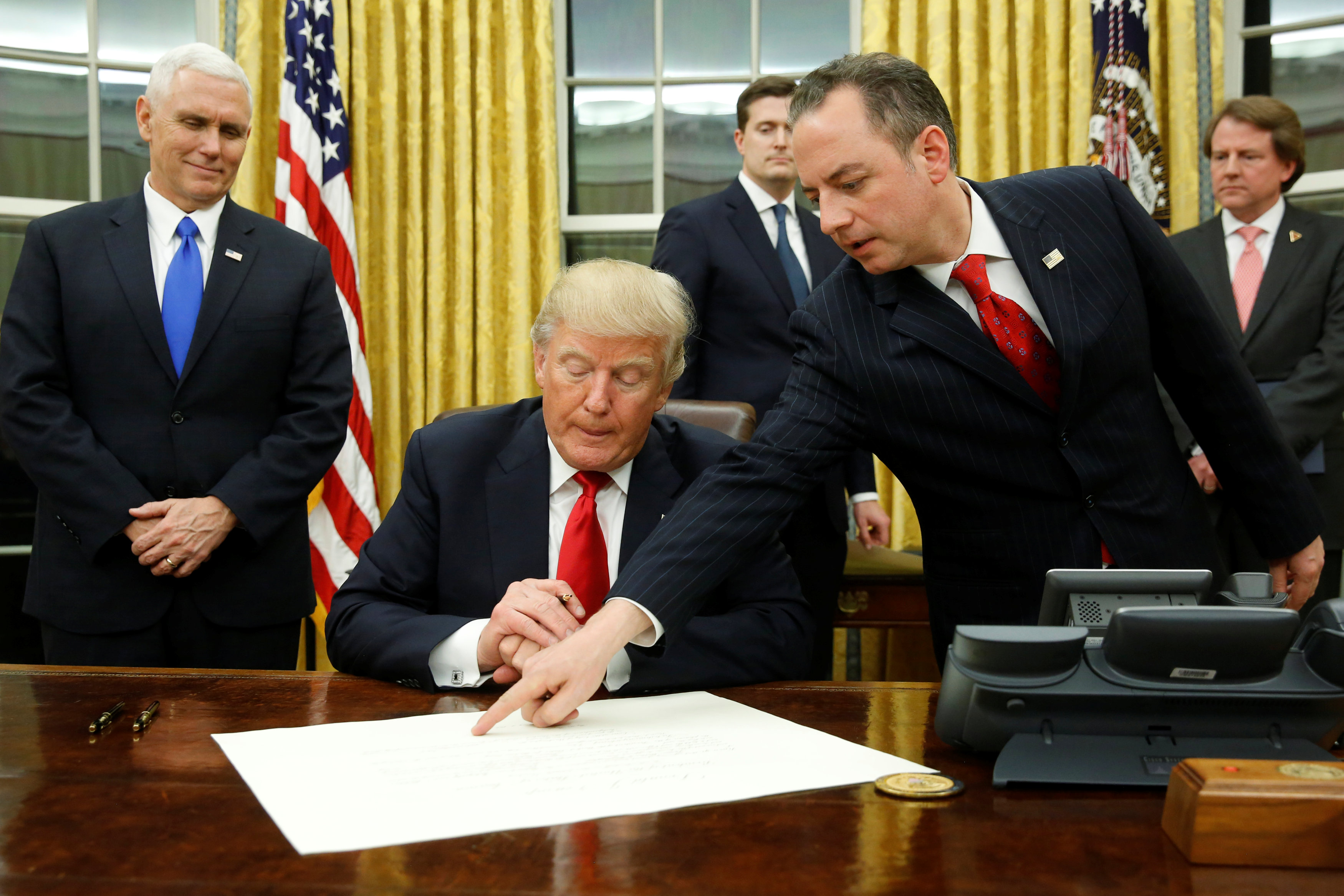 توقيع ترامب علي إحدى القارارت