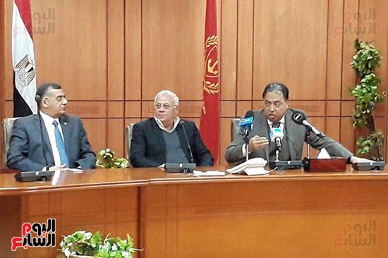 وزير الصحة والمحافظ ورئيس الهيئة العامة للتامين الصحى