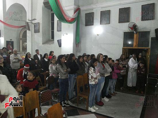صلوات الاقباط بكنيسة العائلة المقدسة بالاقصر