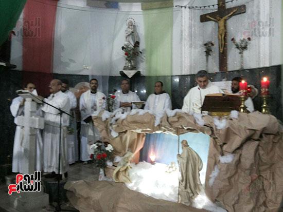 الصلاة بكنيسة العائلة المقدسة بعد السيطرة علي حريق محدود بخيمة