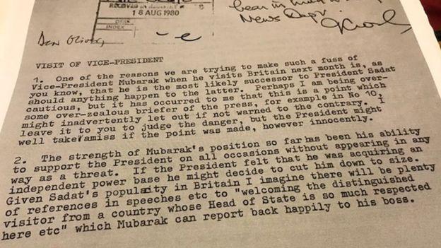 تقرير للسفير البريطاني في القاهرة ينصح حكومته بعدم المبالغة في إبداء الاهتمام العلني بزيارة مبارك في آخر زيارة عندما كان نائبا للرئيس.