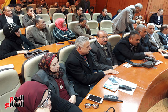 رؤساء أحياء المحافظة خلال اجتماع وزير الصحة