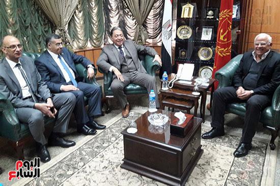 محافظ بورسعيد يستقبل الوزير بمكتبه