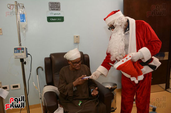 بابا نويل بالاقصر يوزع الهدايا على مرضى السرطان
