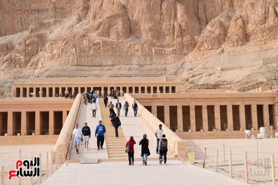 توافد السياح على معبد حتشبسوت بالدير البحري