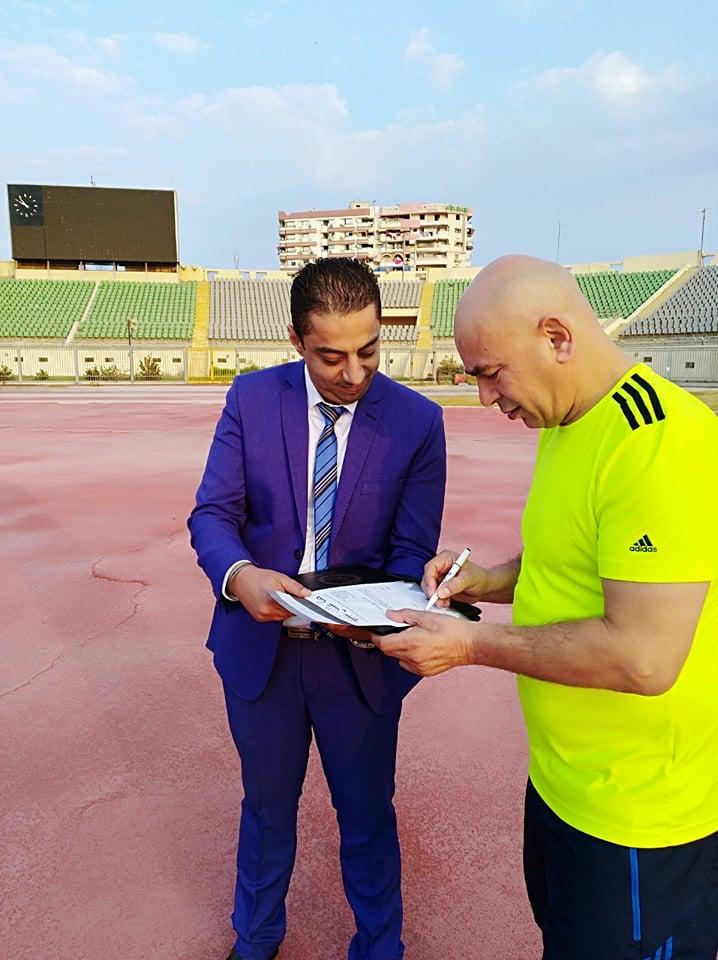 خلال توقيع حسام حسن للاستمارة