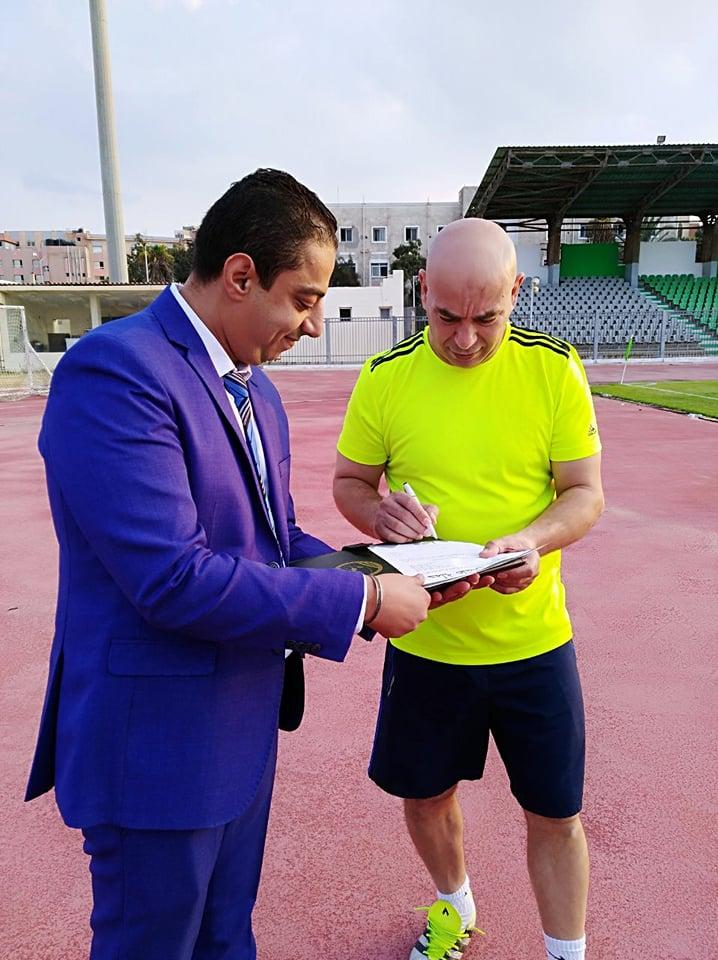 حسام حسن يوقع الاستمارة