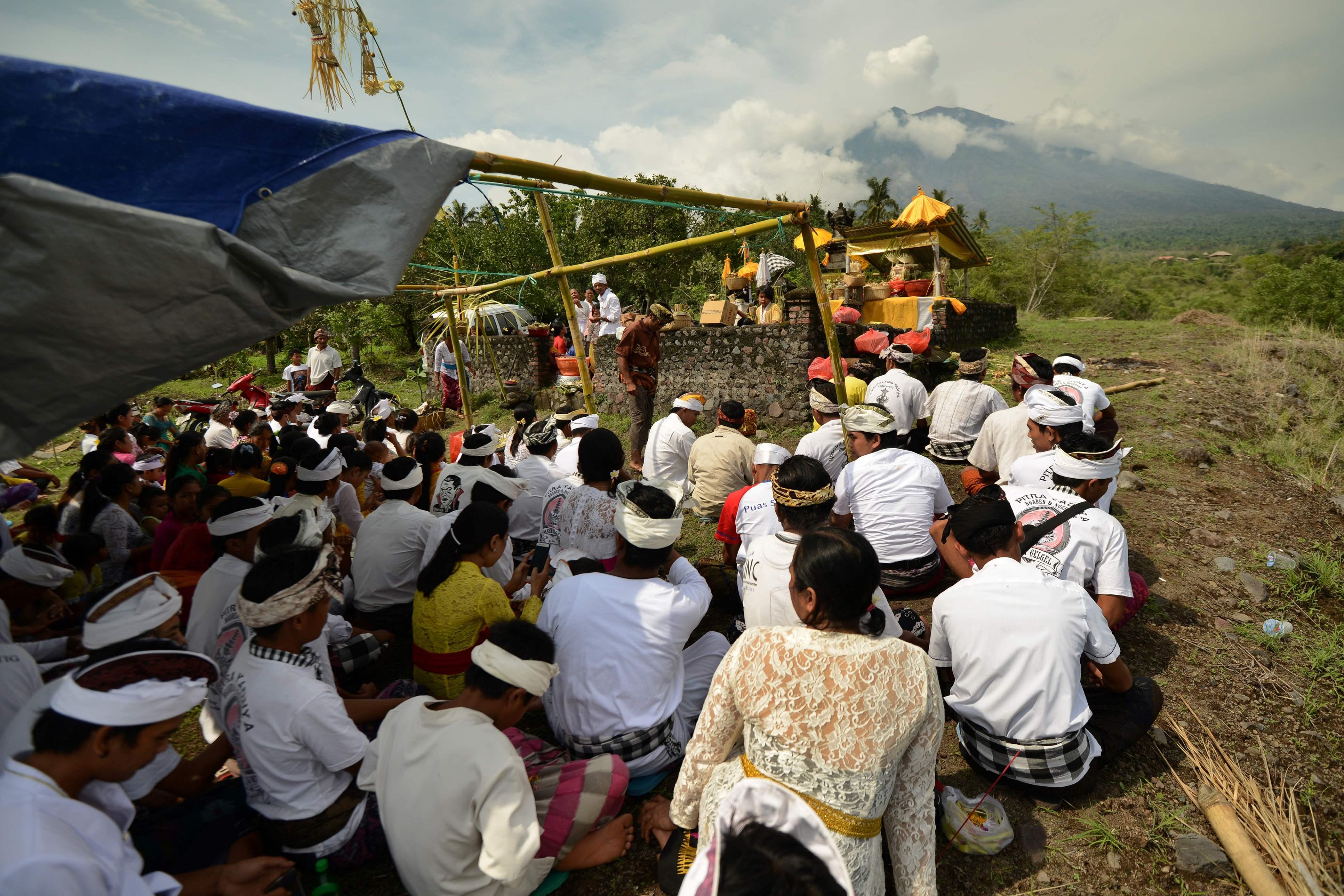 مئات الإندونيسيين يؤدون الصلاة