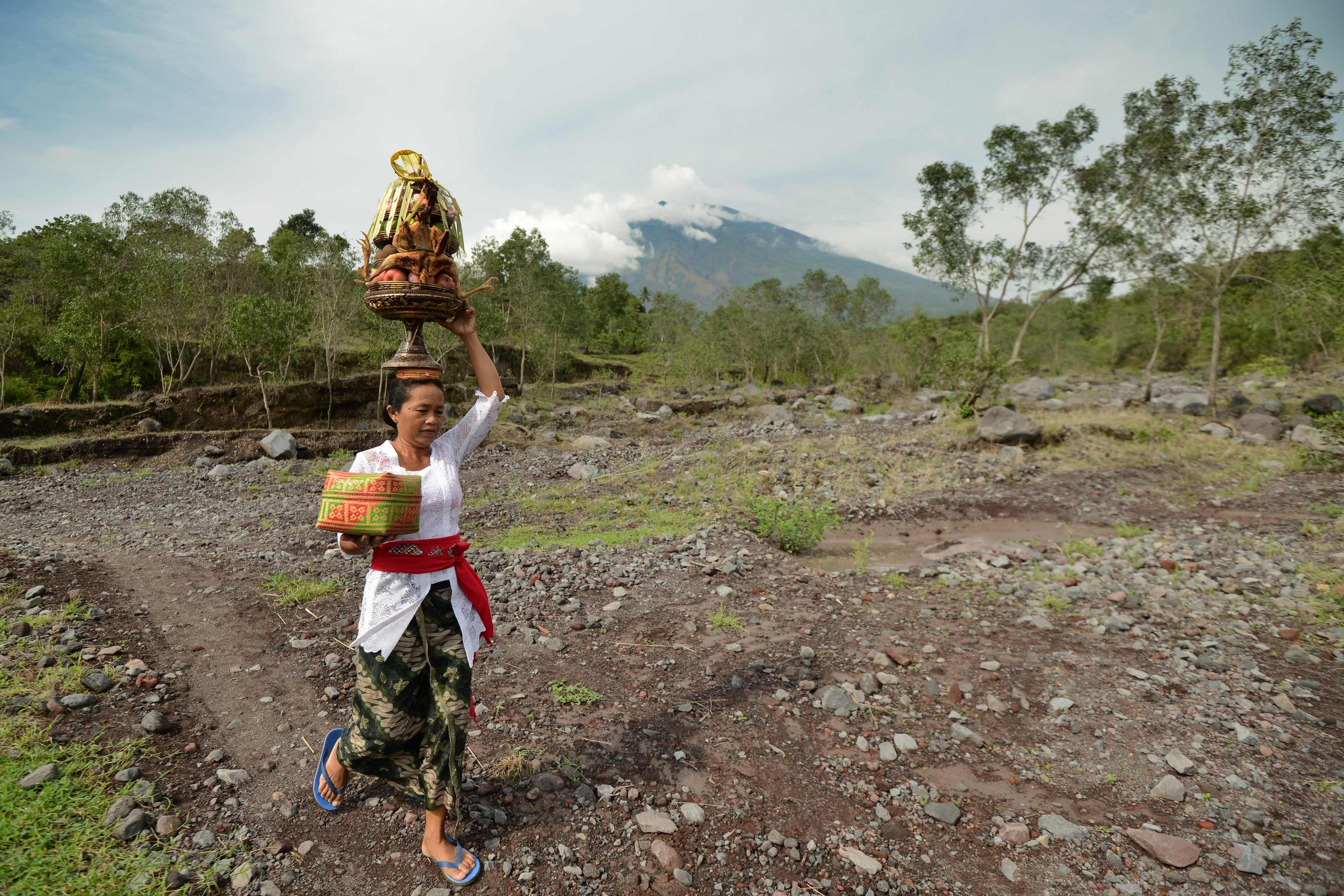 أحد المواطنين أثناء توجهه إلى المعبد