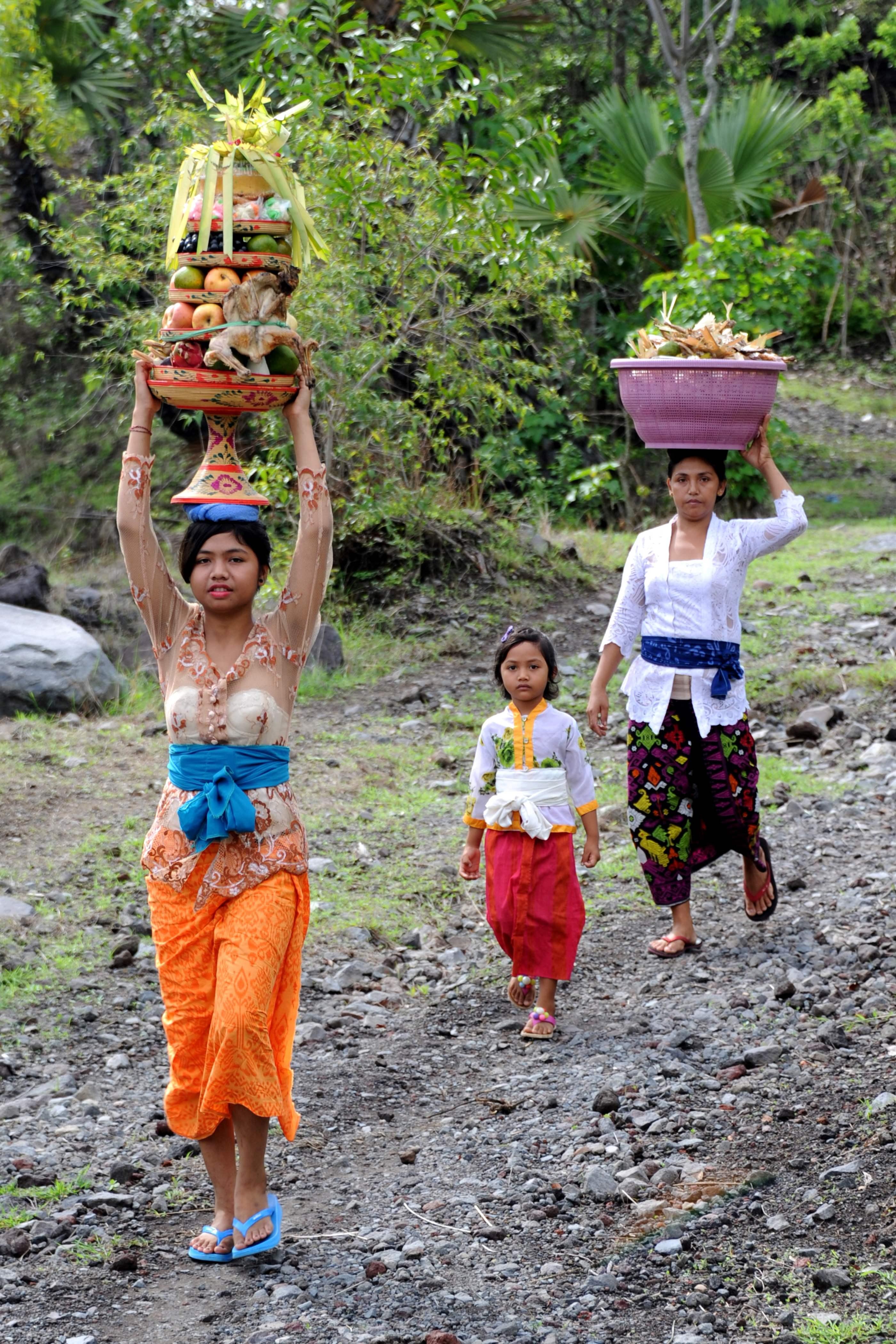 أطفال وفتيات يحملن القرابين