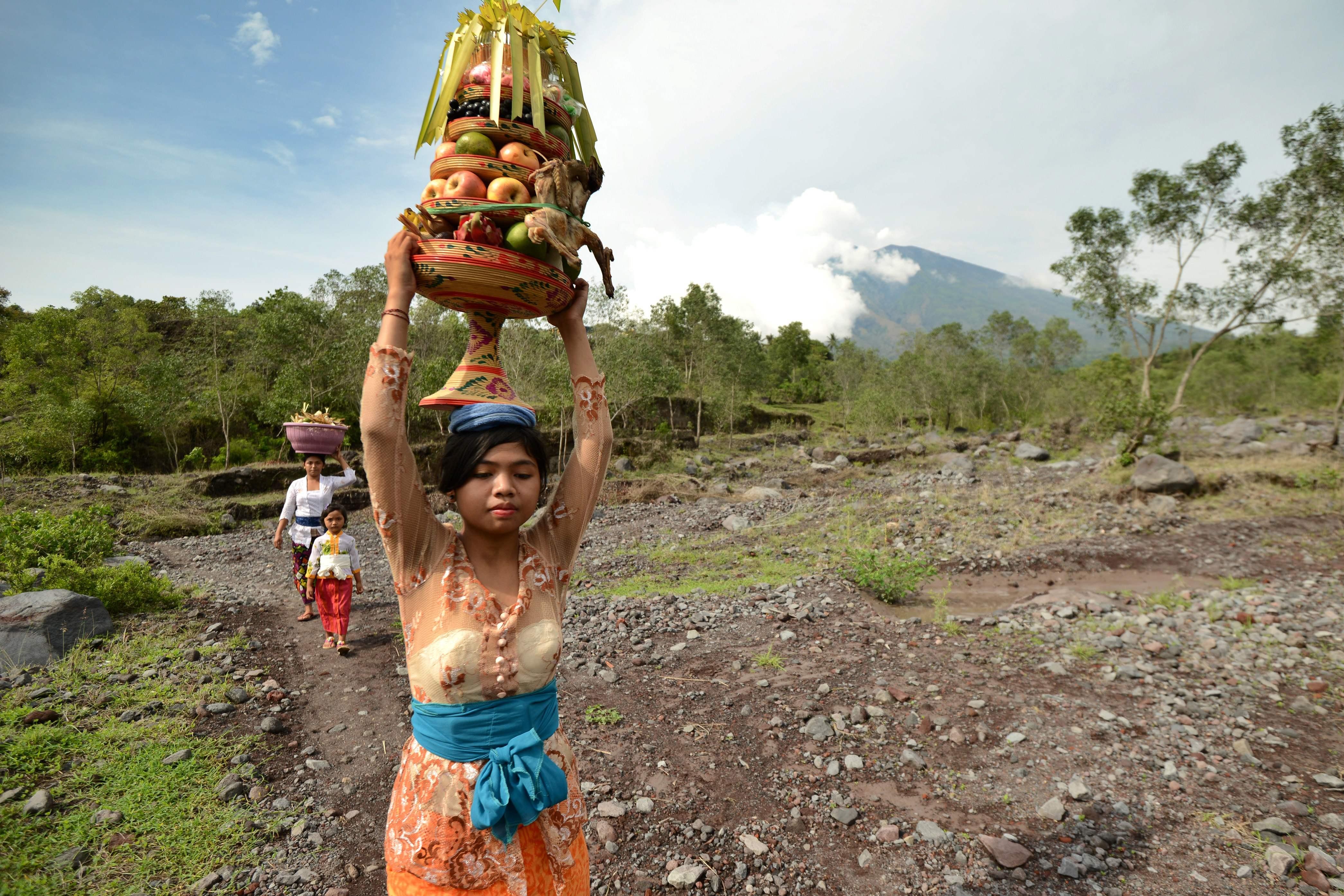 قبائل الهندوس فى إندونيسيا تحمل قرابين أثناء توجهها للمعابد