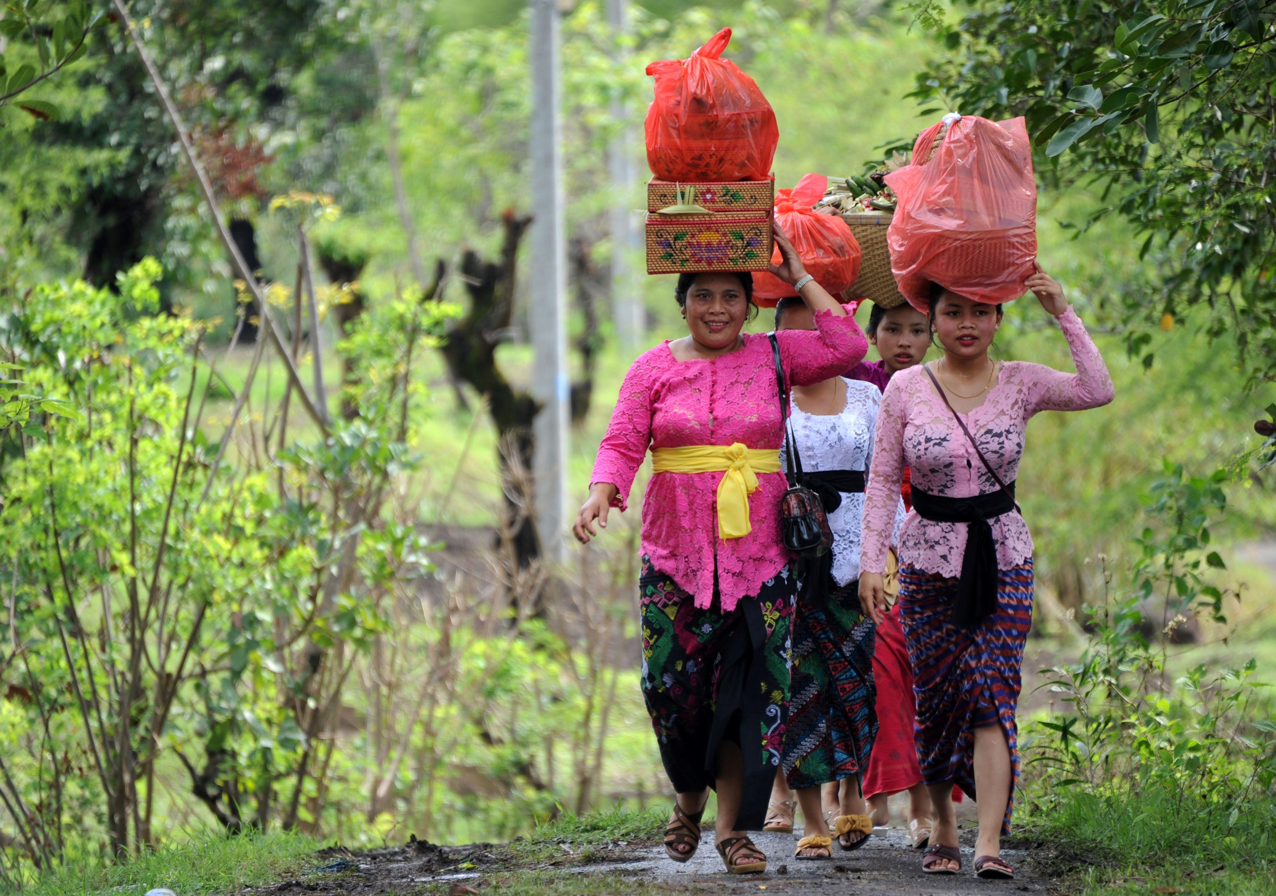 مواطنون فى طريقهم إلى معبد كوبو