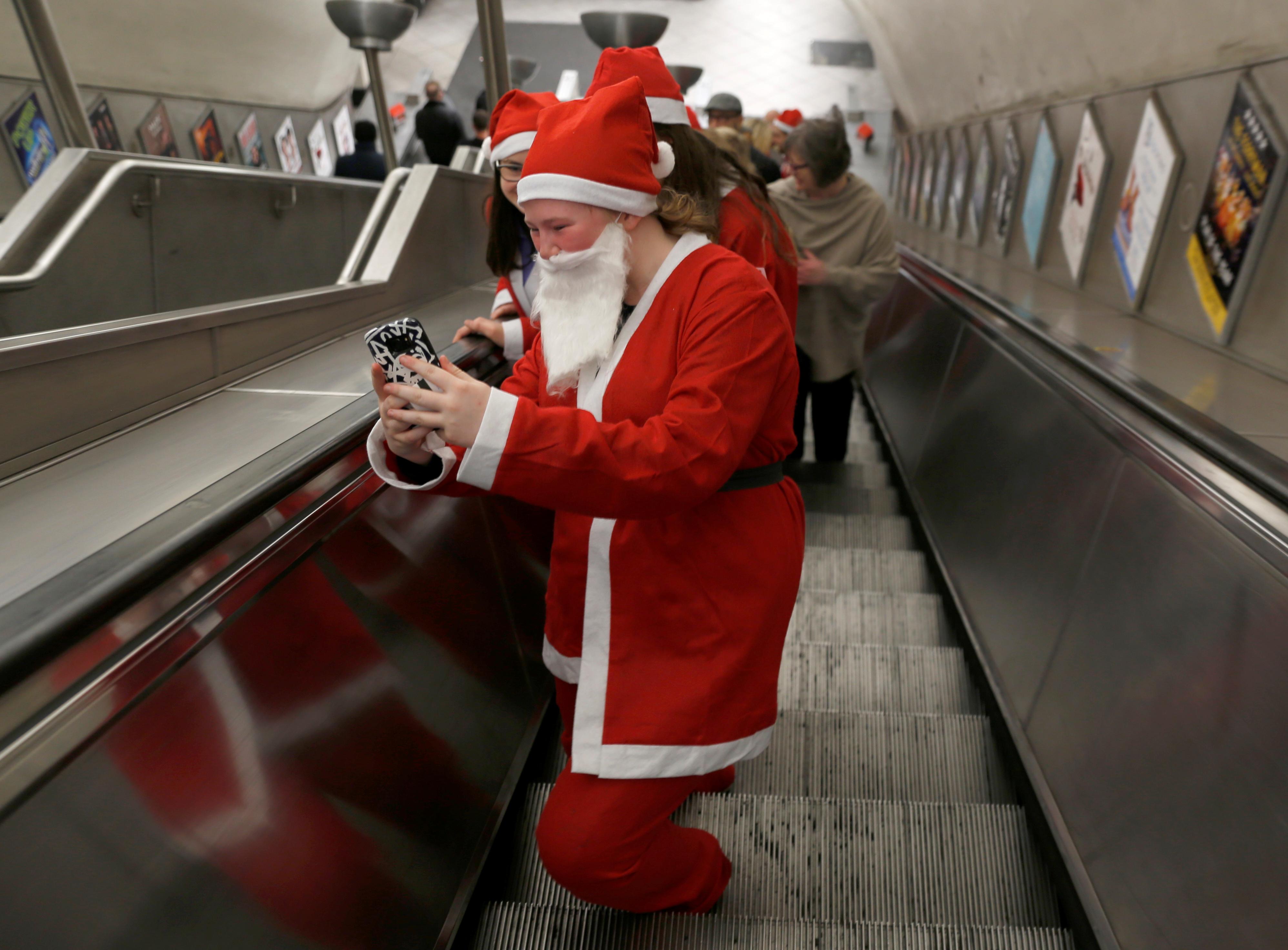 تجول المواطنين فى محطات القطارات ترويجا للحملة الخيرية