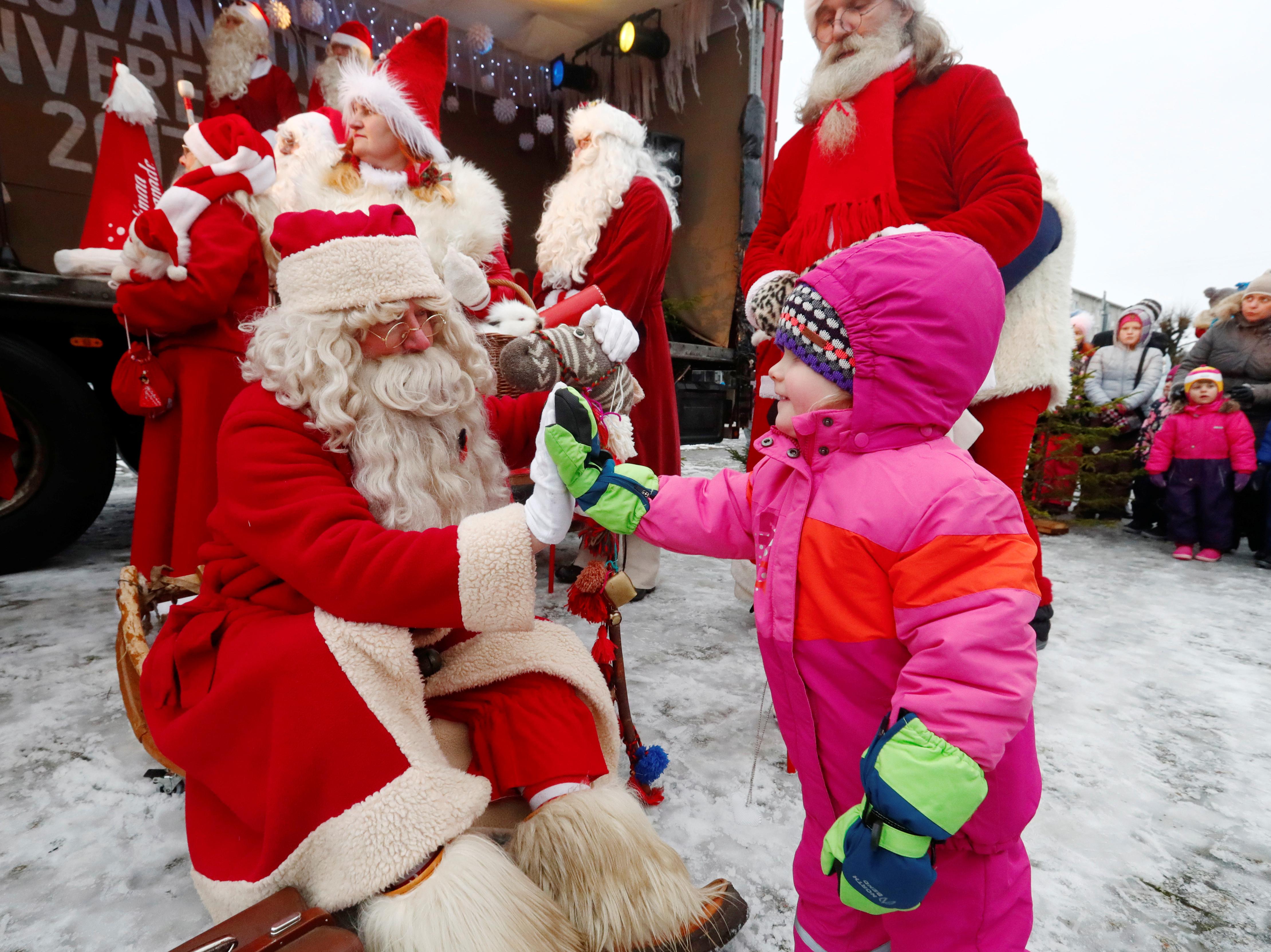 مواطنون يرتدون سانتا كلوز