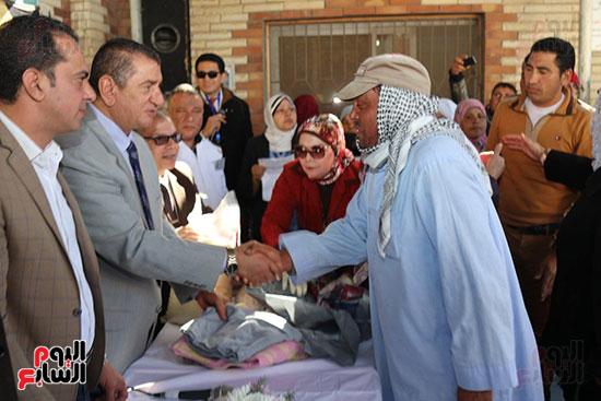 محافظز كفر الشيخ يوزع اعانات على المرضى