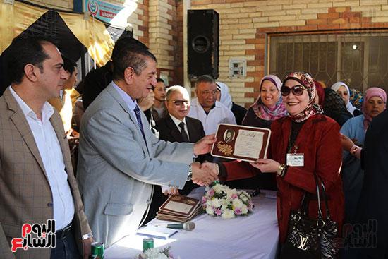 محافظ كفر الشيخ يوزع شهادات التقدير