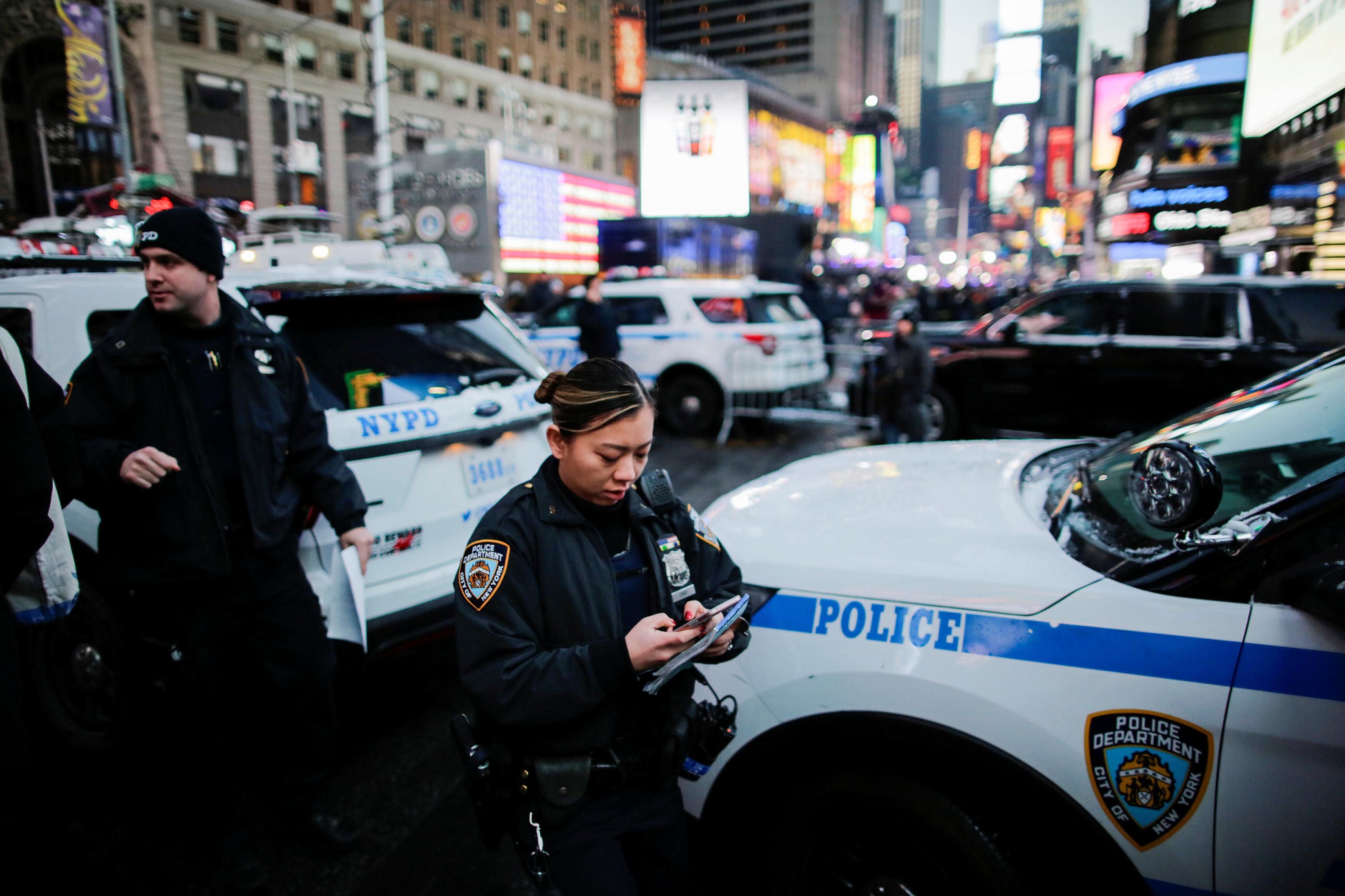 تجهيزات شرطة نيويورك استعدادات لاحتفالات عيد الميلاد