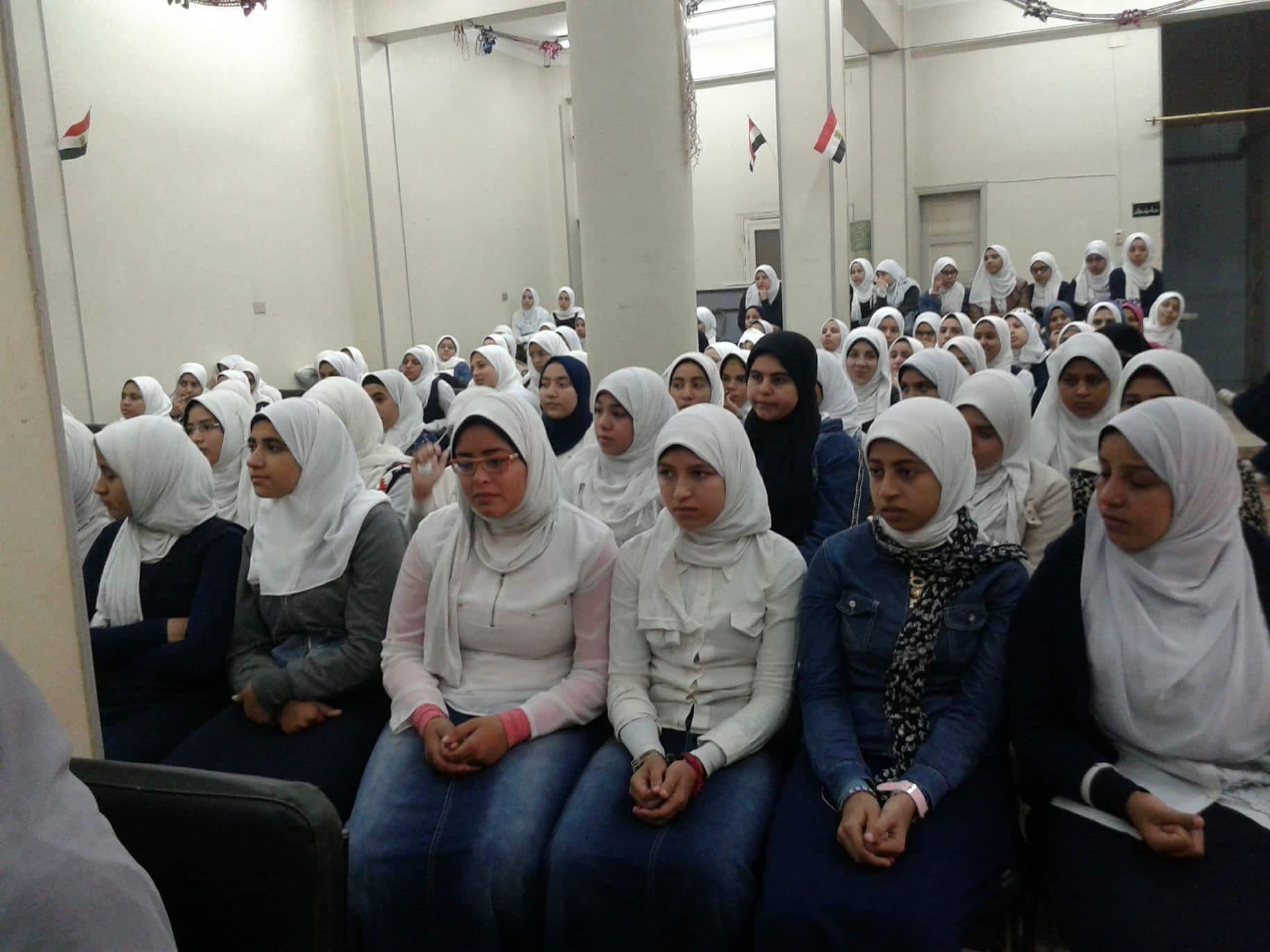 3- الطالبات يشاركن فى الندوة