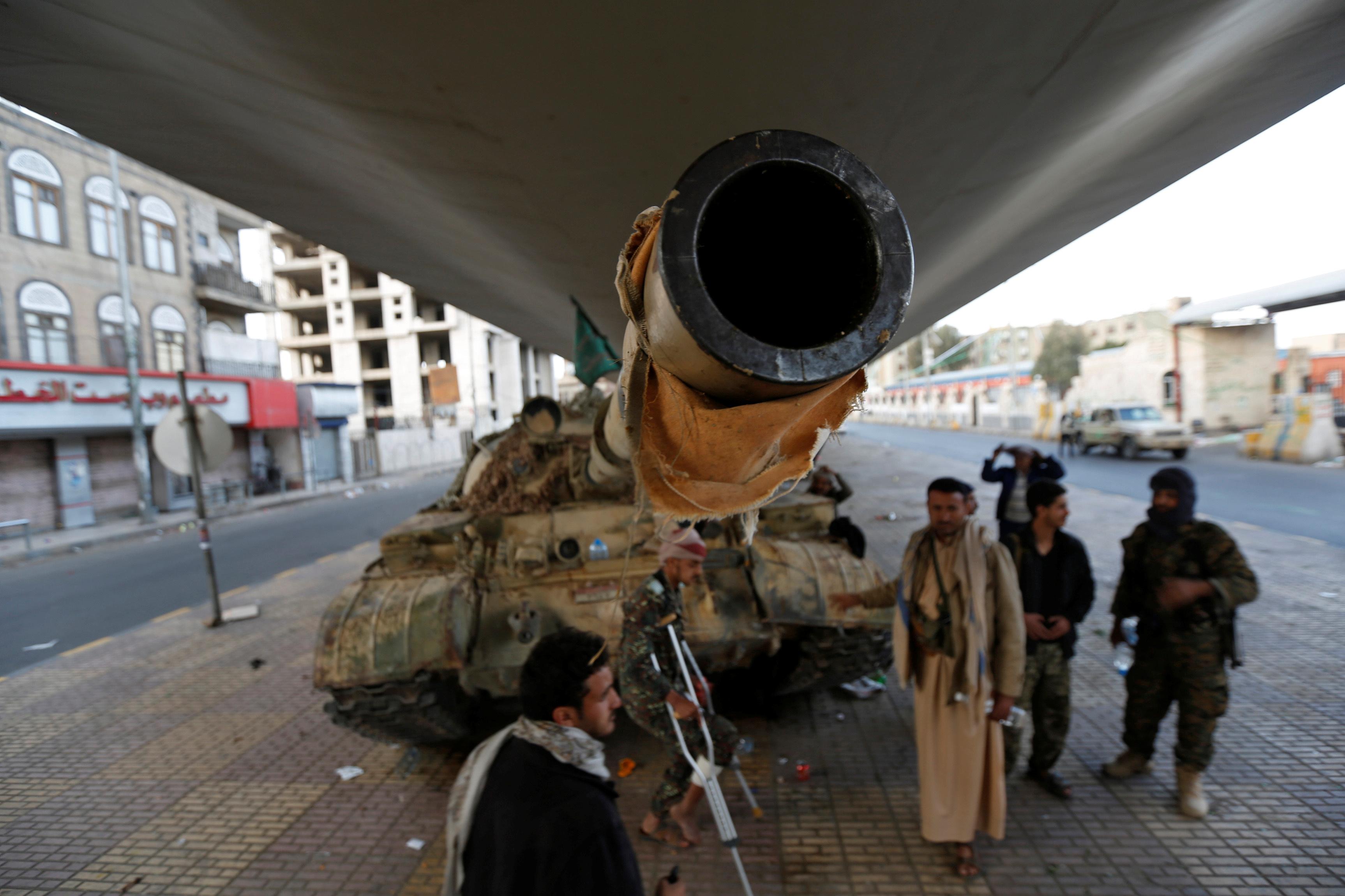 دبابة تابعة للحوثيين قرب مقر إقامة على عبدالله صالح