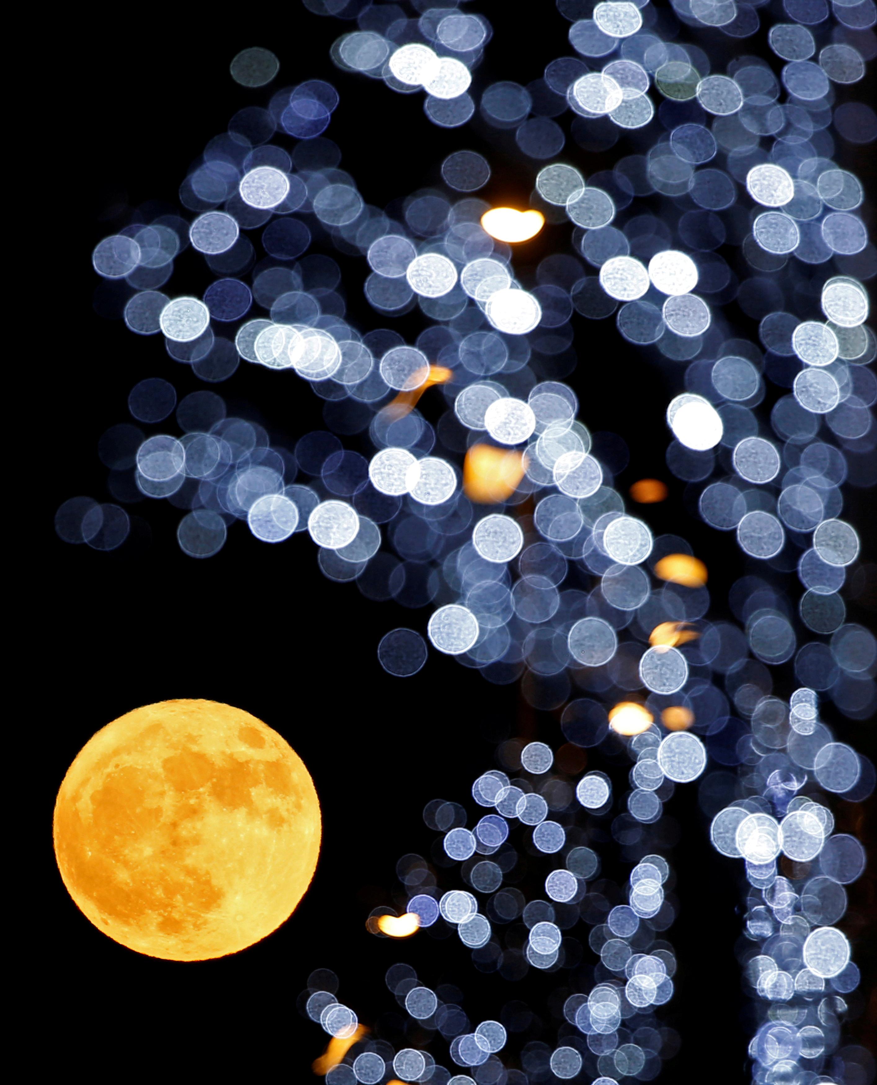 ظهور القمر في سماء فرنسا