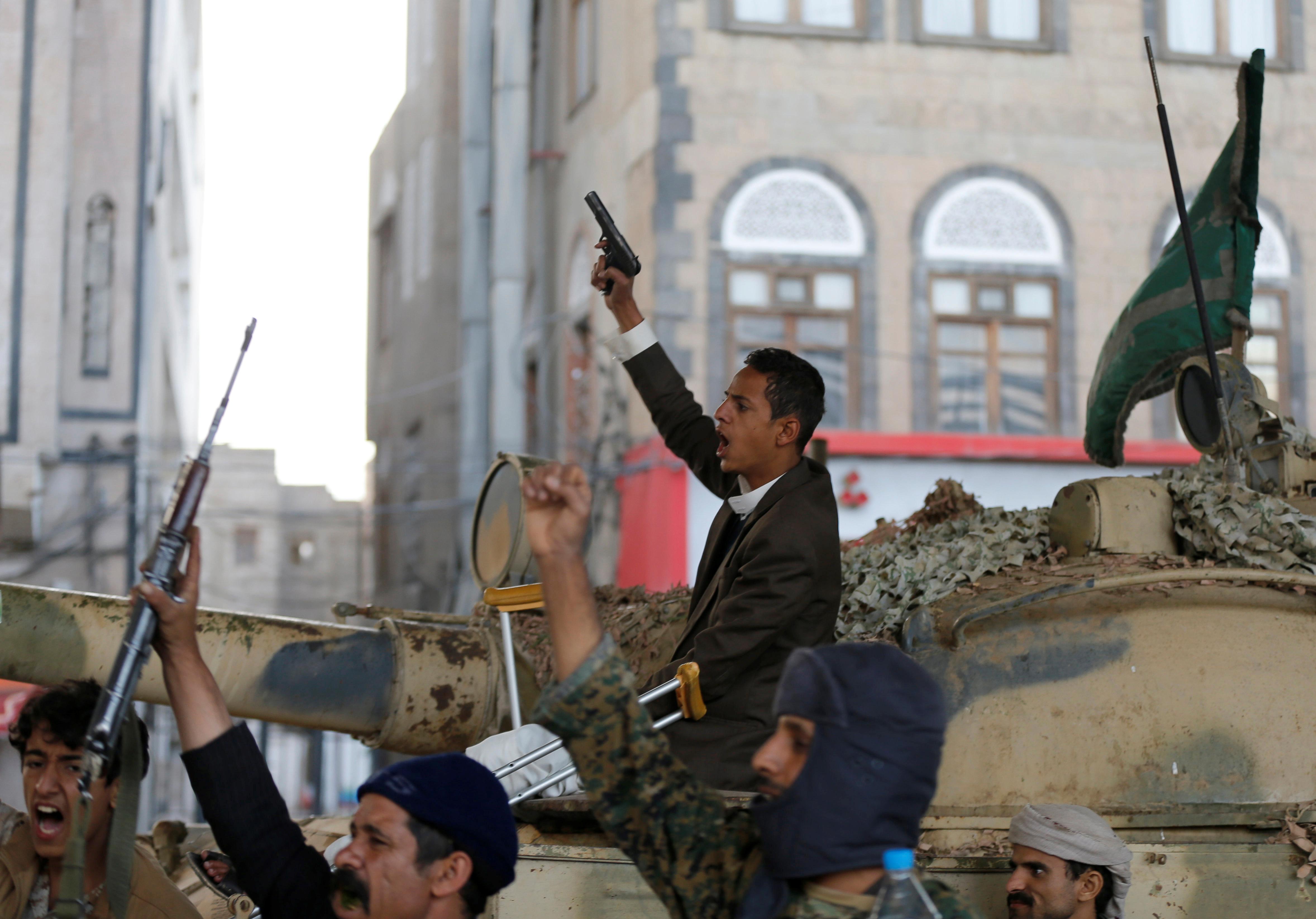 مسلح يمنى يشهر سلاحه