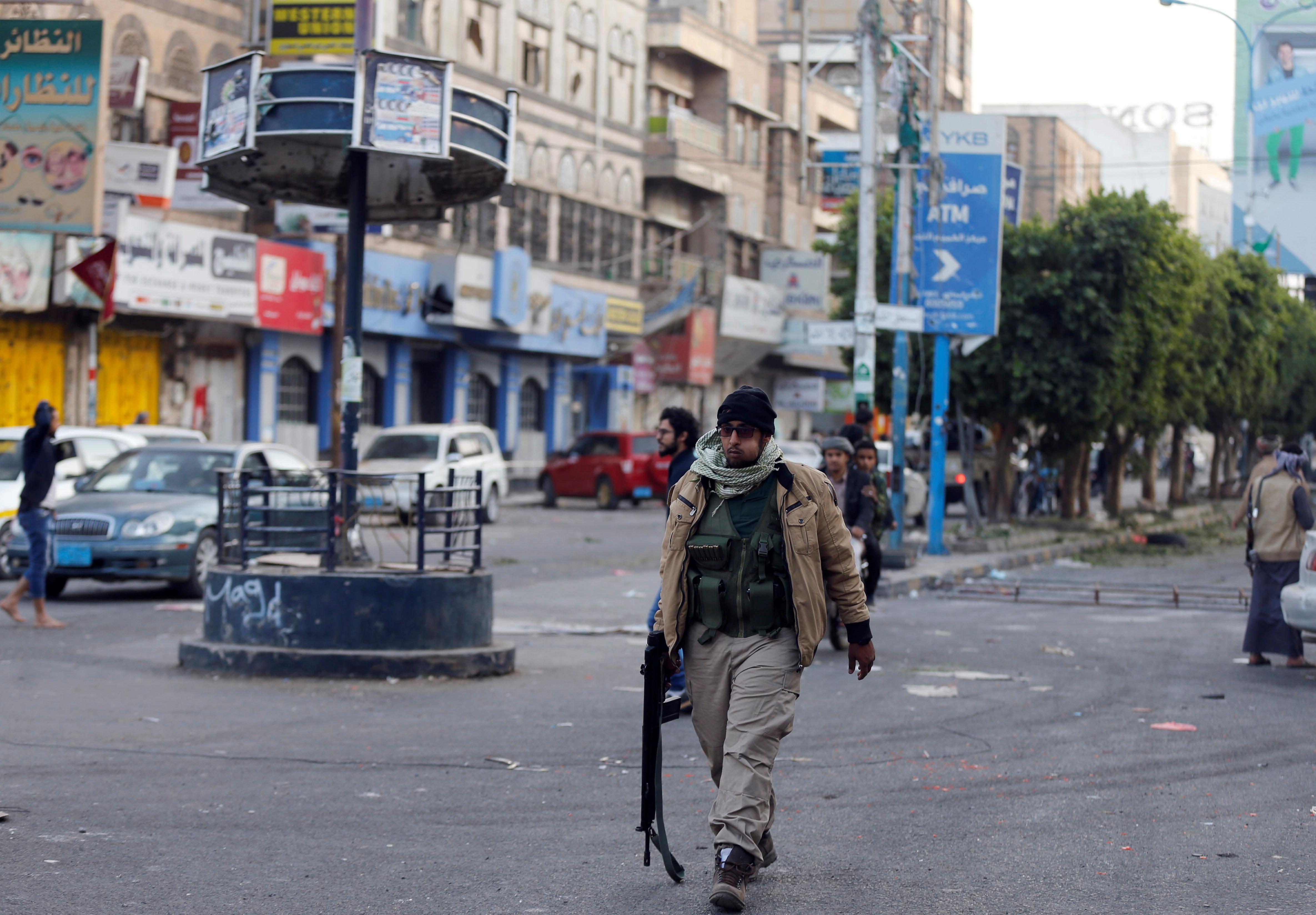 مسلح حوثى يمنى بشوارع صنعاء