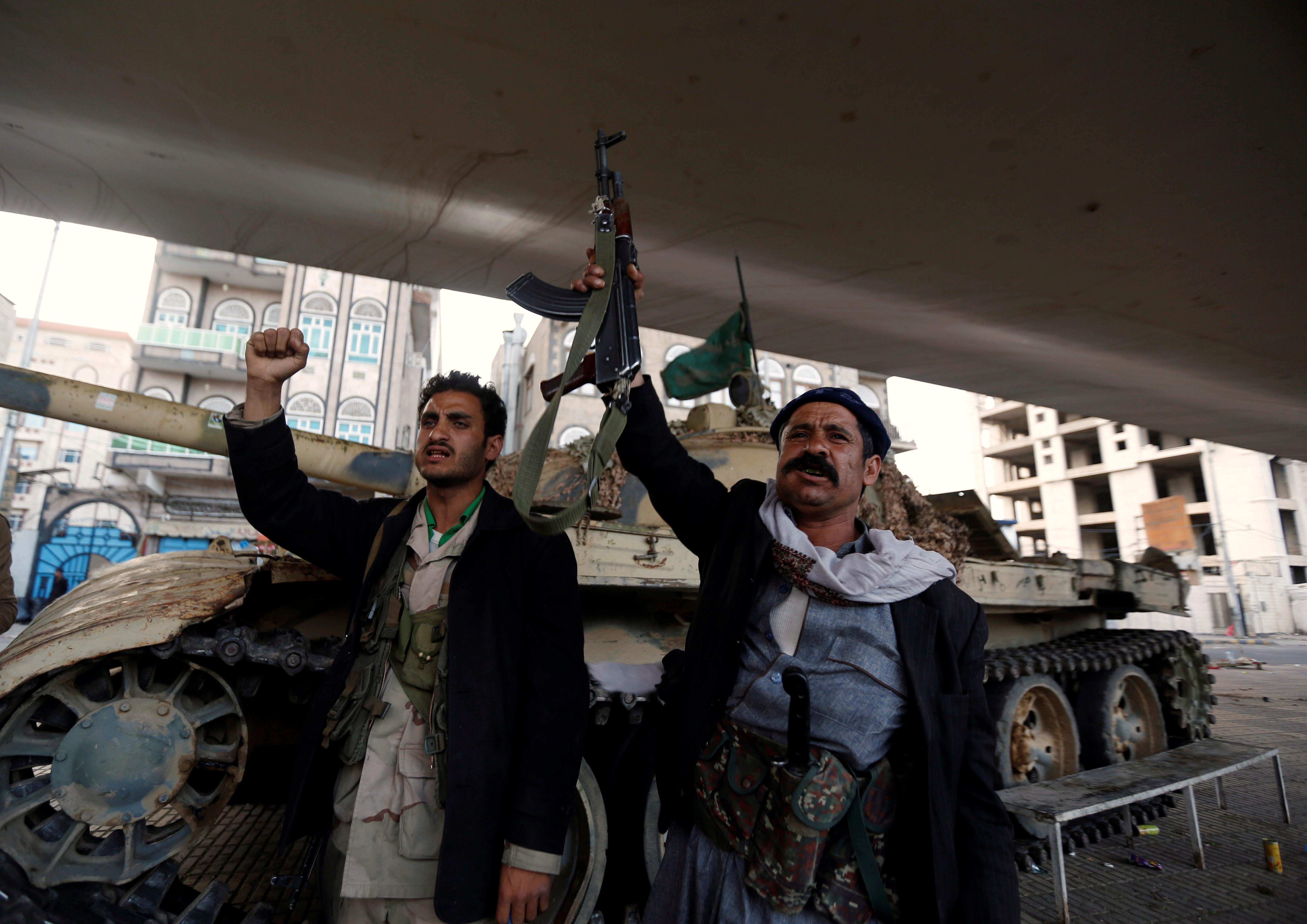 حوثيون يشهرون أسلحتهم